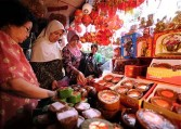 Indonesian shoppers buy delicacies and souvenirs for the Chinese Lunar New Year celebrations to welcome the Year of the Rabbit in Glodok, Chinatown district in Jakarta on February 1, 2011