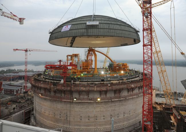 Olkiluoto en Finlande Ol3-reactor-dome-being-lowered-smaller