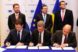 Russian energy minister Alexander Novak, EU energy commissioner Gunther Oettinger and Ukraine's energy minister Yuri Prodan sign an agreement on October 30 (EMMANUEL DUNAND/AFP/Getty Images)