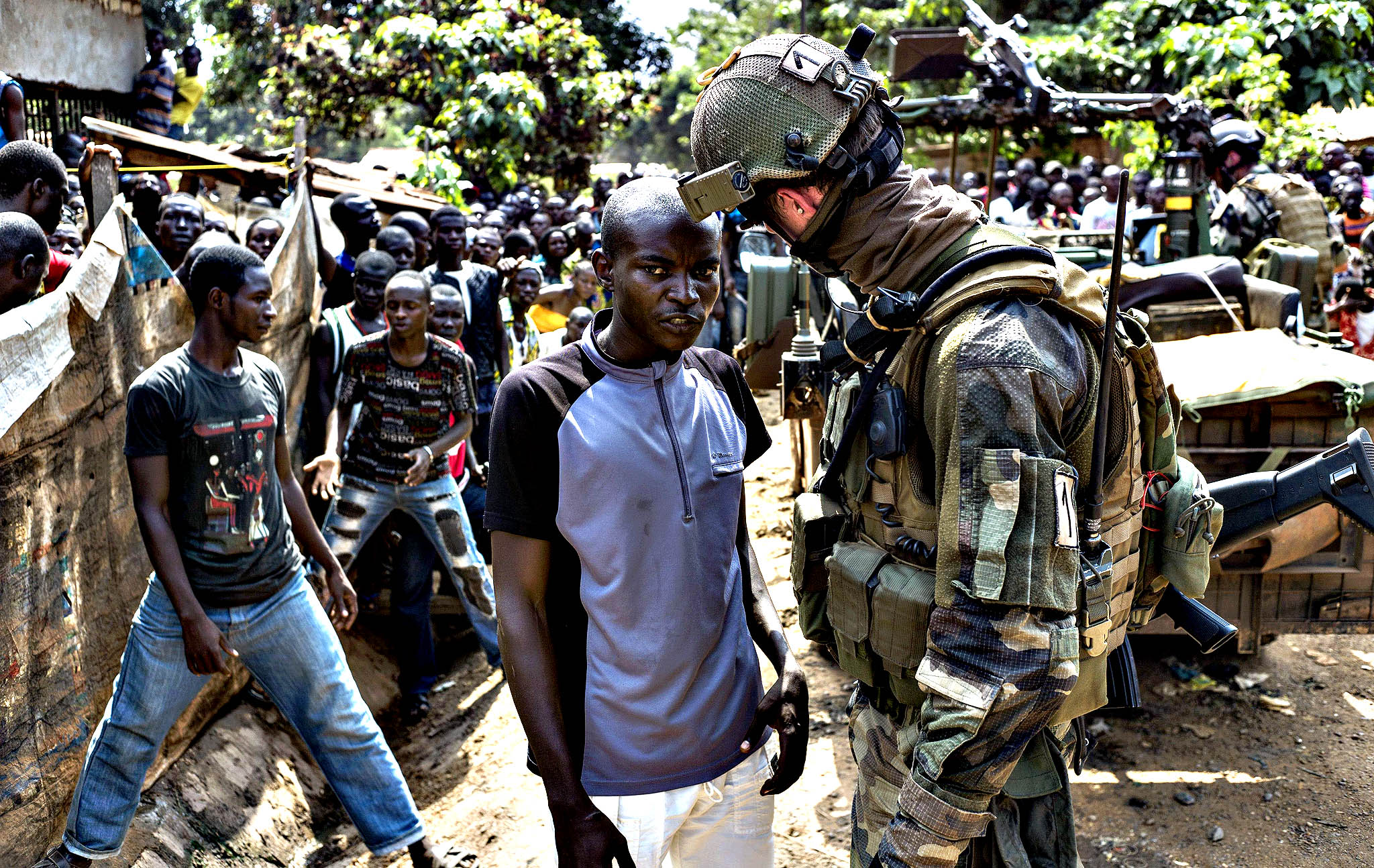 A man gives informations about ex-seleka rebels to a French soldier in Combattant neighborhood near Bangui's airport, on December 9, 2013. French troops on Monday began disarming fighters in the Central African Republic after a swell in sectarian violence that has claimed hundreds of lives and terrified inhabitants.