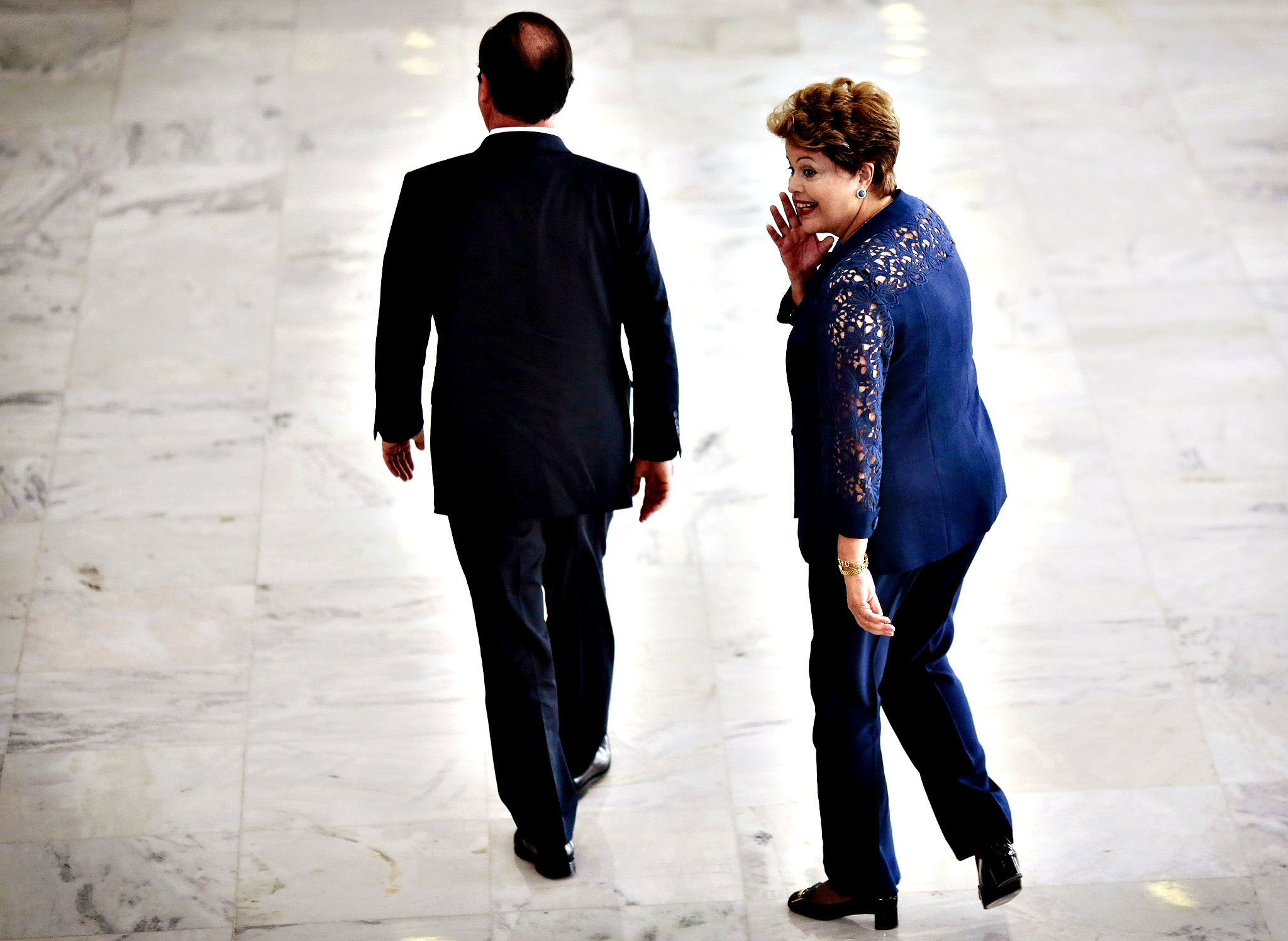 France's President Francois Hollande (L) and Brazil's President Dilma Rousseff attend a welcoming ceremony at the Planalto Palace in Brasilia December 12, 2013.