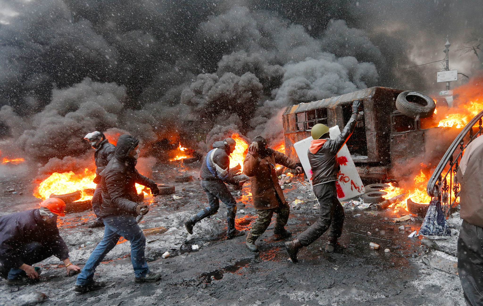 Protesters clash with police in central Kiev, Ukraine, Wednesday, Jan. 22, 2014. Three people have died in clashes between protesters and police in the Ukrainian capital Wednesday, according to medics on the site, in a development that will likely escalate Ukraine's two month-long political crisis. The mass protests in the capital of Kiev erupted after Ukrainian President Viktor Yanukovych spurned a pact with the European Union in favor of close ties with Russia, which offered him a $15 billion bailout. (AP Photo/Efrem Lukatsky)