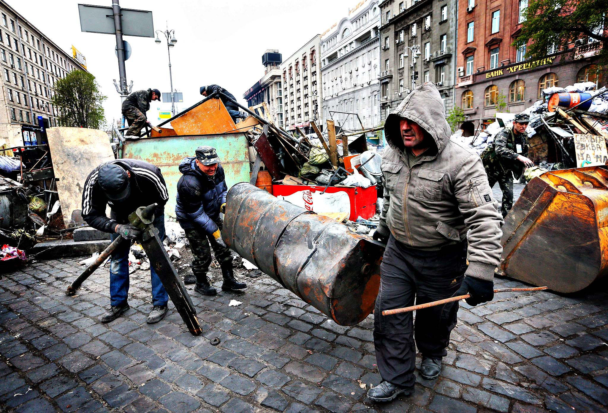Ukrainians remove a barricade near Independence Square in Kiev, Ukraine, 10 April 2014. Pro-Russian protesters continued to hold seized Ukrainian administrative buildings in Donetsk and Lugansk, which were occupied by them some days ago.