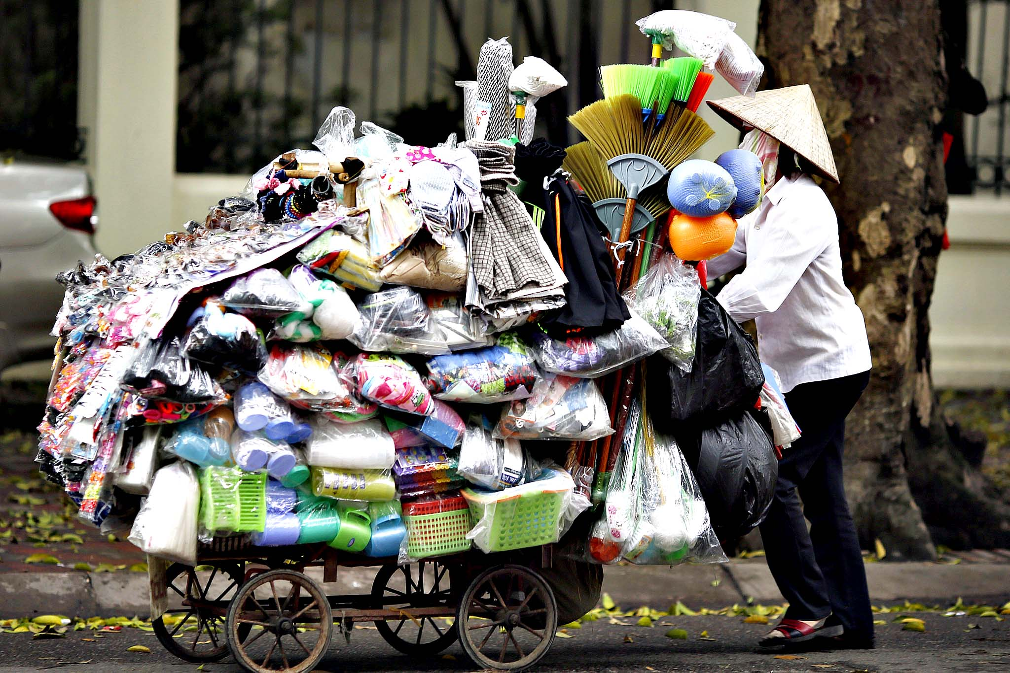 A street vender walks at a street in Hanoi, Vietnam, 10 April 2014. According to a report released by the World Bank recently, Vietnam's economic growth is predicted to rise of 5.5 percent in 2014.