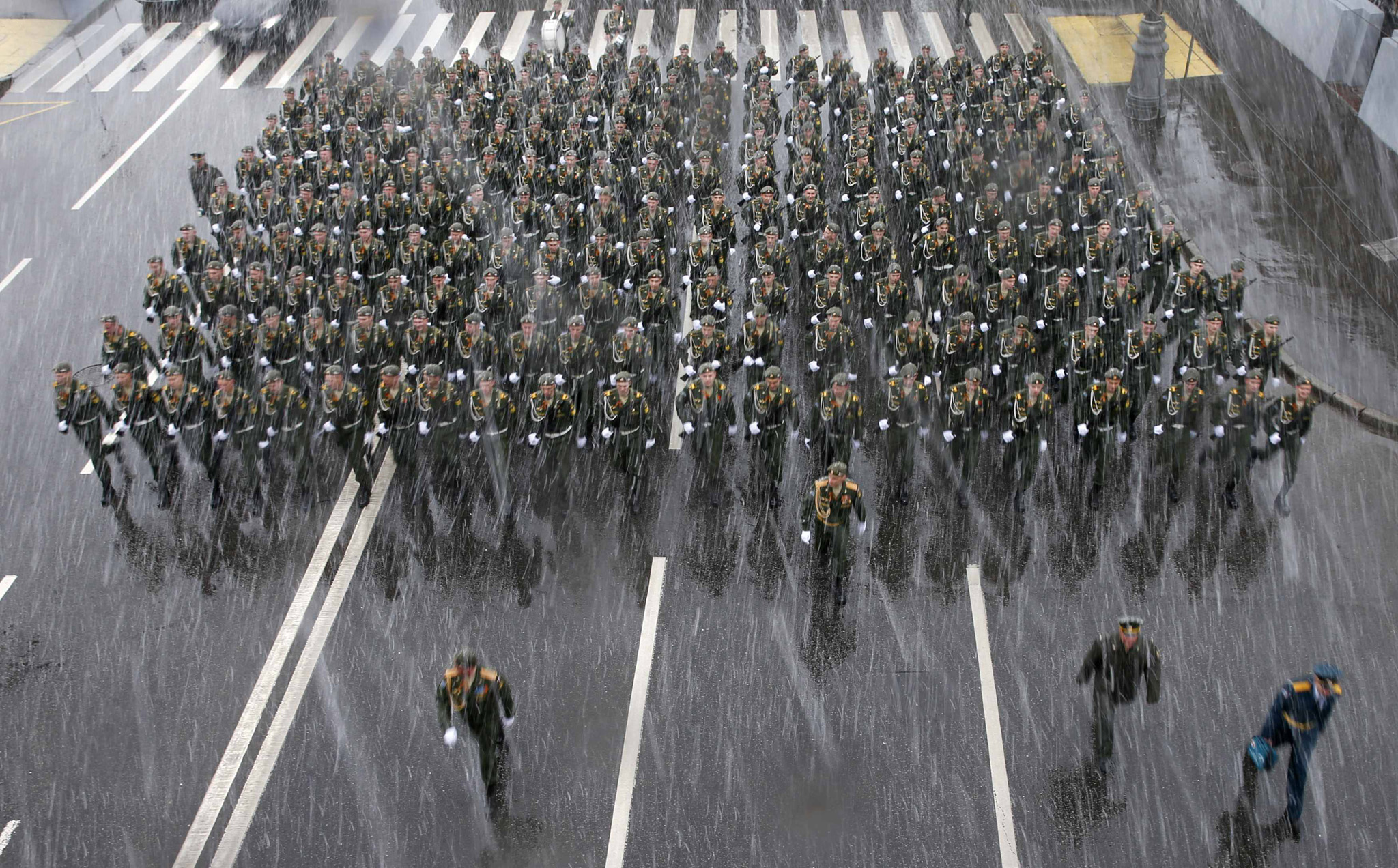 Russian servicemen walk in formation as they take part in a rehearsal for the Victory Day military parade during a snowfall in central Moscow...Russian servicemen walk in formation as they take part in a rehearsal for the Victory Day military parade during a snowfall in central Moscow, May 7, 2014. Russia celebrates victory over Nazi Germany on May 9. REUTERS/Artur Bainozarov (RUSSIA -