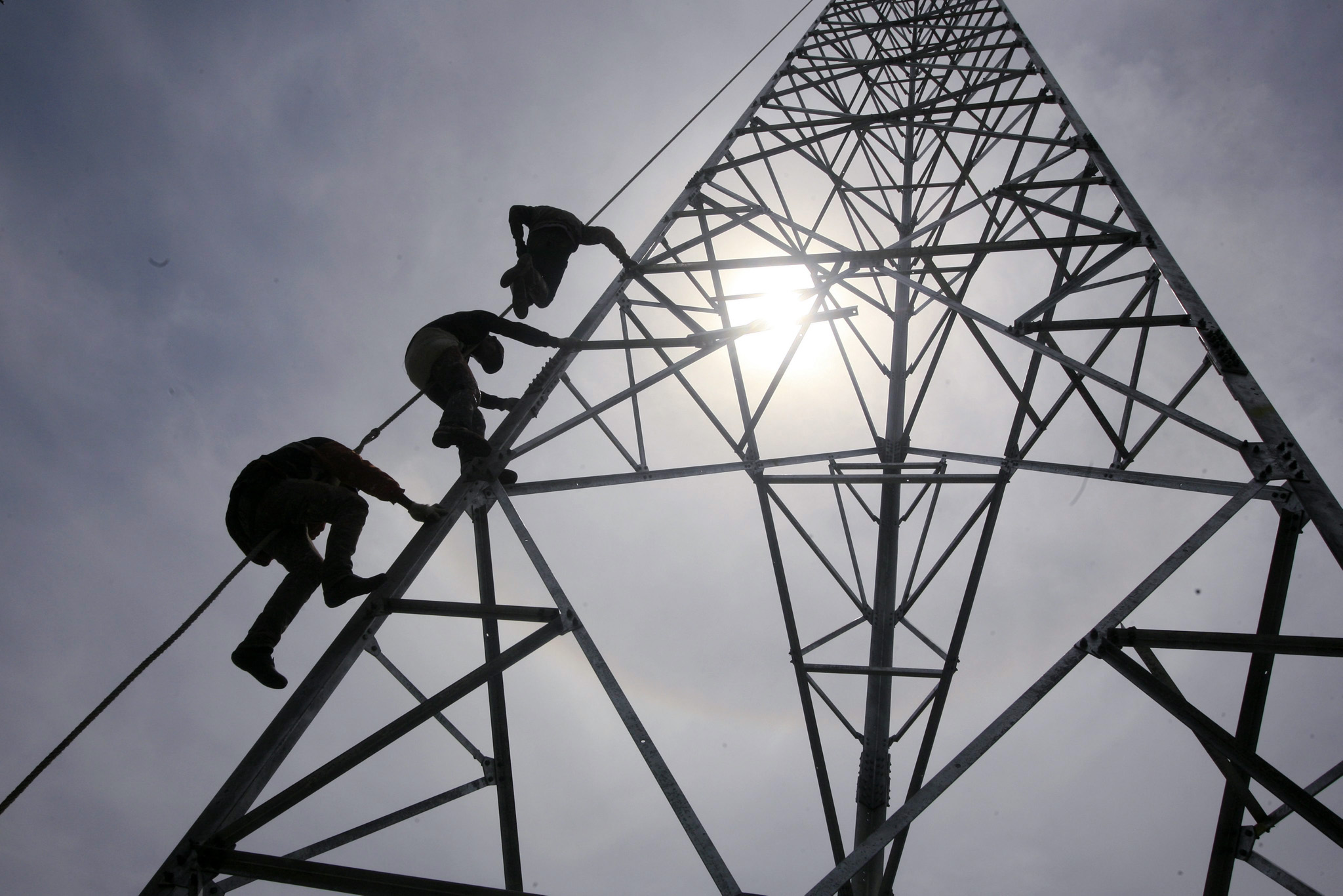Increasing number of telecommunication users requires improvement of infrastructure...epaselect epa04227454 Workers climb to install a 60-meters telecommunication tower in Banda Aceh, Indonesia, 27 May 2014. The increasing number of users of mobile devices in Indonesia requires the telecommunications service providers to improve their infrastructure such as the additional installation of cell towers in densely populated areas. Indonesia is one of the largest mobile phone users in Asia.  EPA/HOTLI SIMANJUNTAK