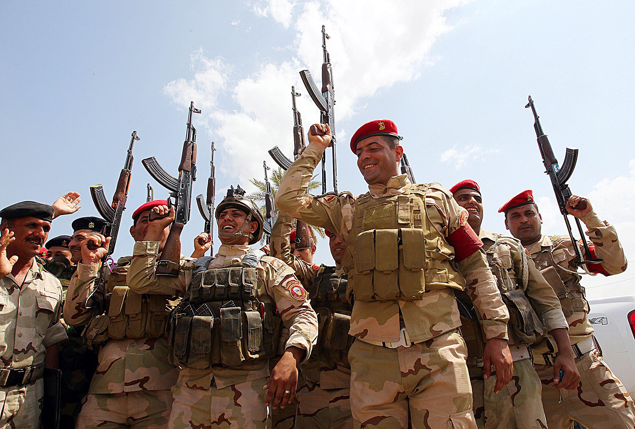 Iraqi army troops chant slogans against the Islamic State of Iraq and the Levant (ISIL)