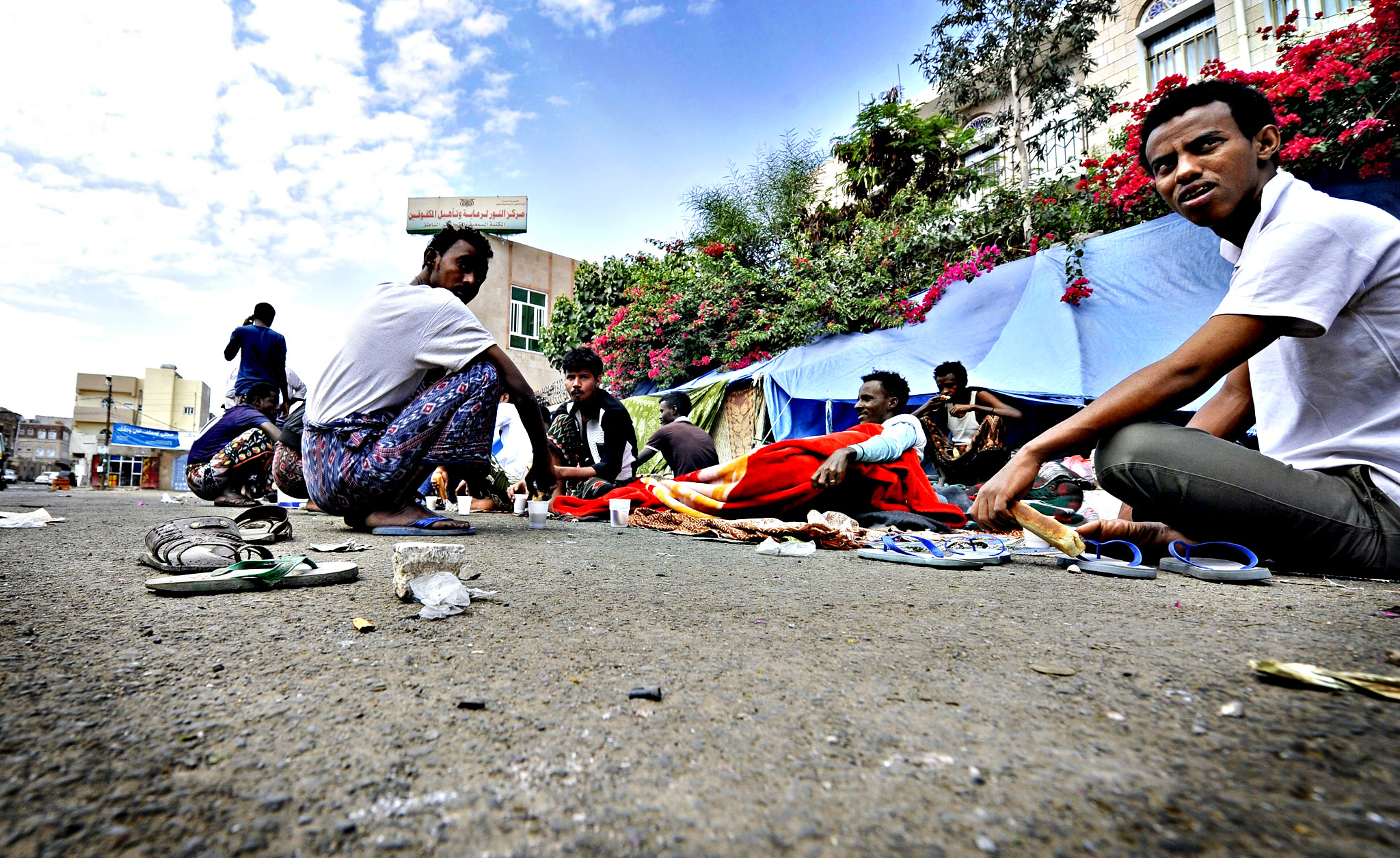 African refugees live homelessly at a temporary shelter beside a road on World Refugee Day in Sana'a, Yemen, 20 June 2014. The number of African refugees who have come to Yemen during the past few years has reached 750,000, most of them are Somalis. World Refugee Day is marked on 20 June each year.