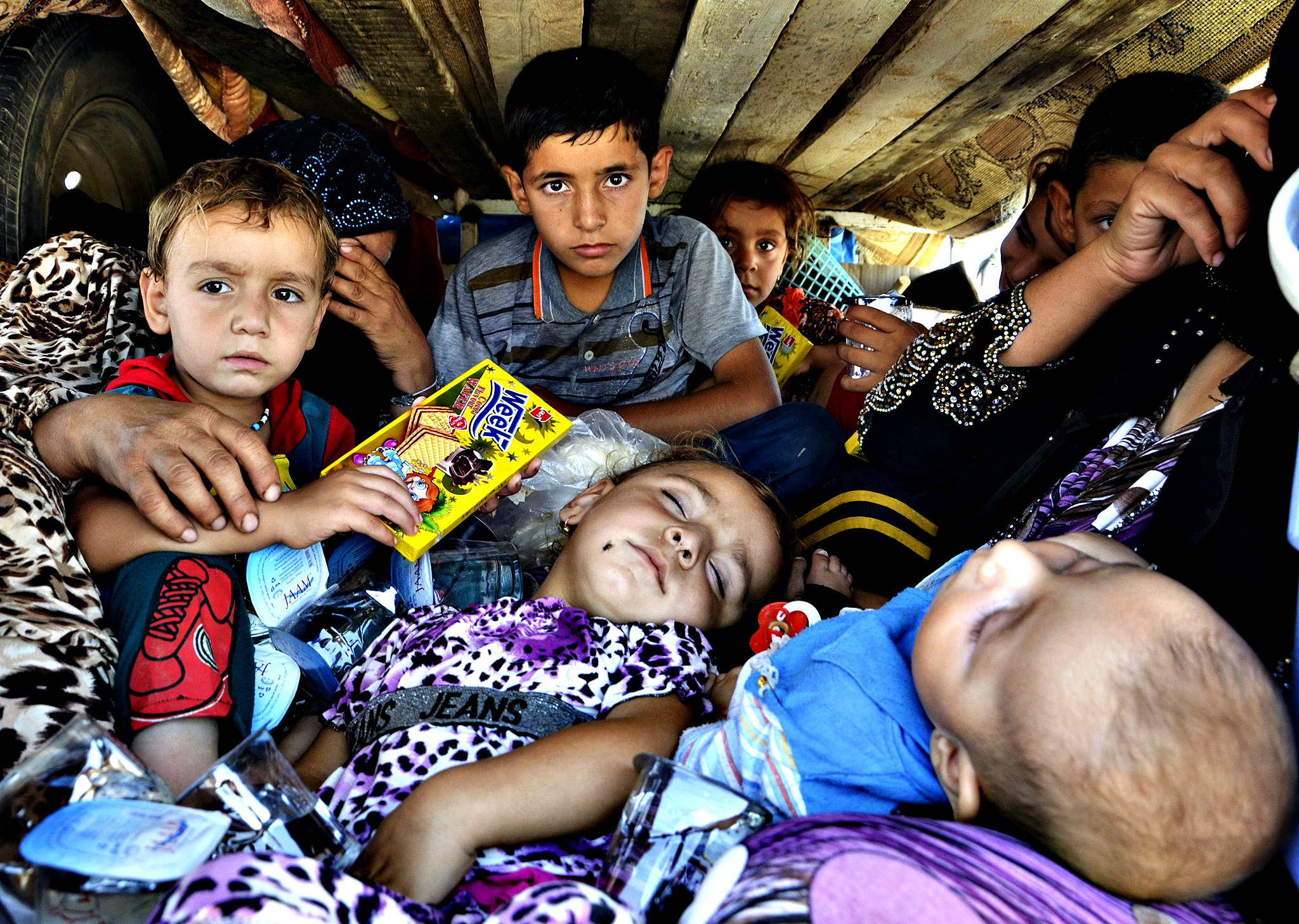 Displaced people, who fled from the violence in the province of Nineveh, arrive at Sulaimaniya province August 8, 2014. The United States began to drop relief supplies to beleaguered Yazidi refugees fleeing Islamist militants in Iraq, but there was no immediate sign on Friday of U.S. air strikes to halt the sweeping advance of Islamic State fighters.