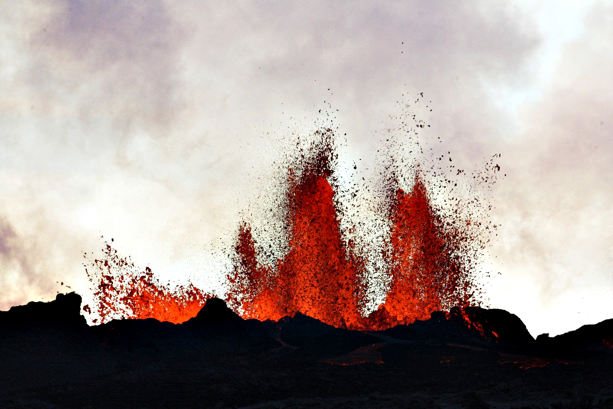 Lava fountains are pictured at the site of a fissure eruption near Iceland's Bardarbunga volcano September 2, 2014. A fissure eruption near Iceland's Bardarbunga volcano was still spouting lava on Monday but no ash, a day after an eruption that briefly caused the country to raise its ash alert level for aviation to its highest level. Iceland's largest volcanic system - 190 km long and up to 25 km wide (118 miles by 15.5 miles) - has been hit by thousands of earthquakes over the last two weeks, putting scientists have been on high alert.