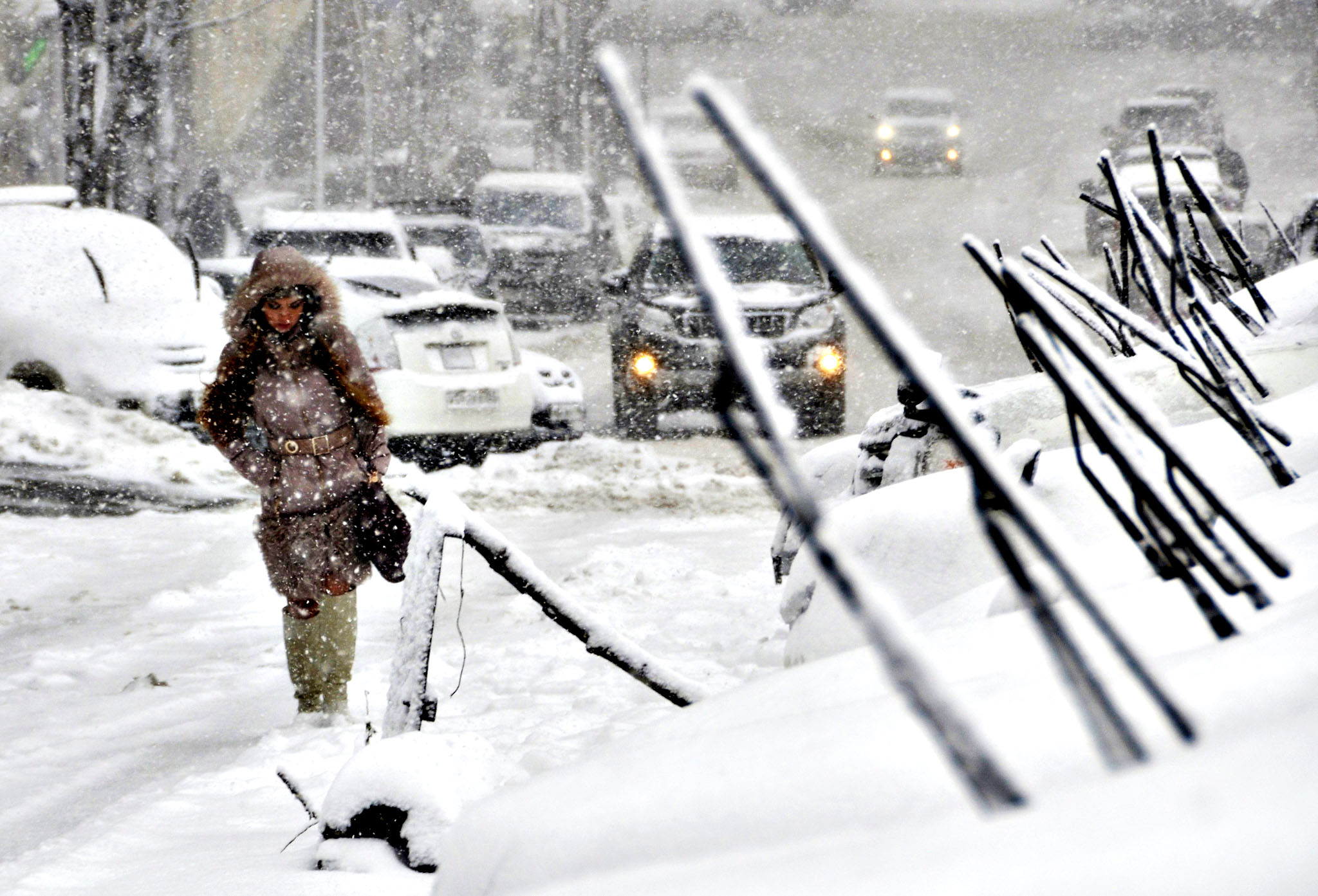 A woman walks in heavy snowfall in the far eastern Russian city of Vladivostok, December 1, 2014.