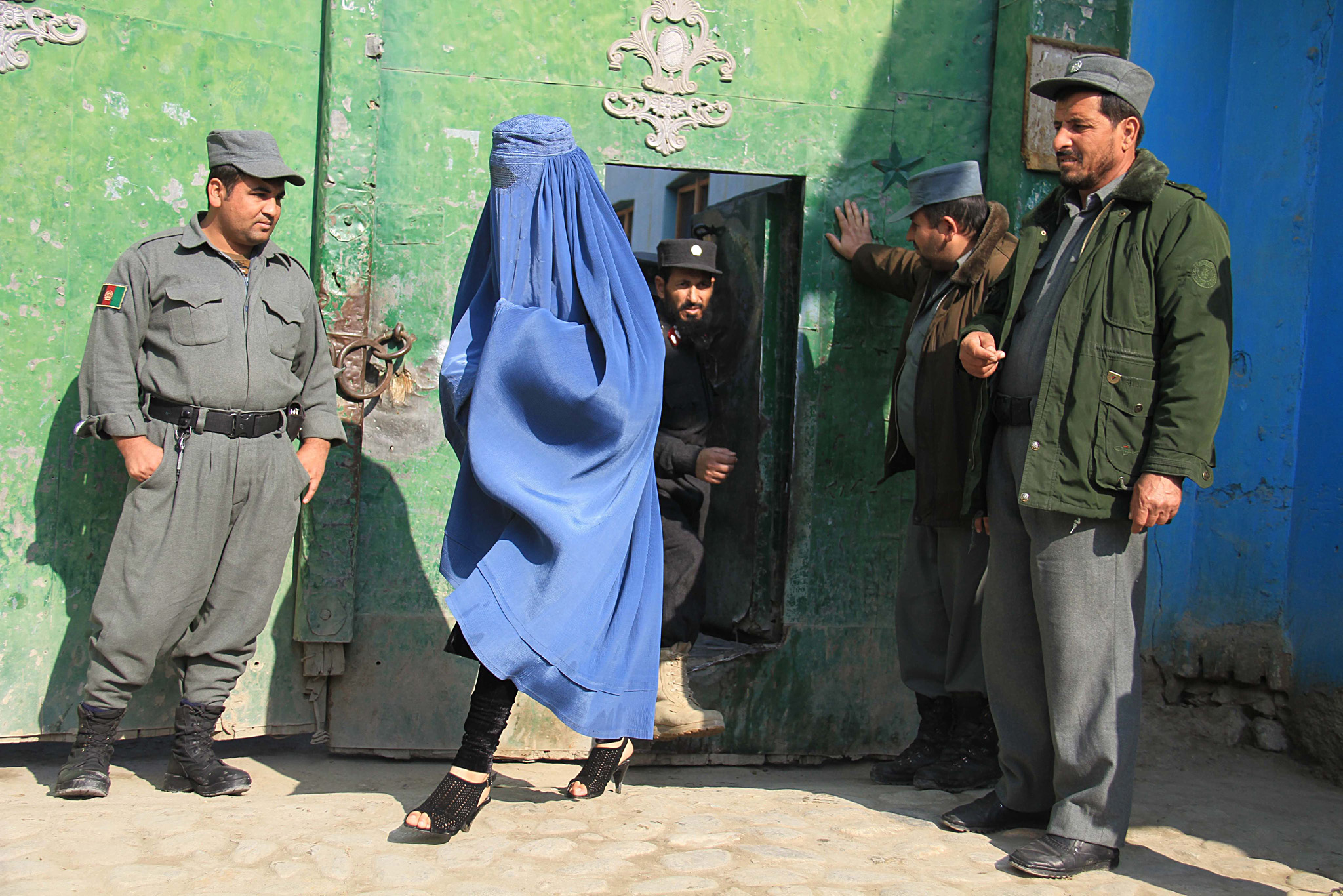 Prisoners release in Jalalabad...epa04560579 Afghan prisoners leave jail following their release by the orders of Afghan President Ashraf Ghani, in Jalalabad, Afghanistan, 15 January 2015. Afghan President ordered some 27 prisoners including 9 women with less than a year to serve to be released in honor of Prophet Muhammad's birthday.  EPA/GHULAMULLAH HABIBI