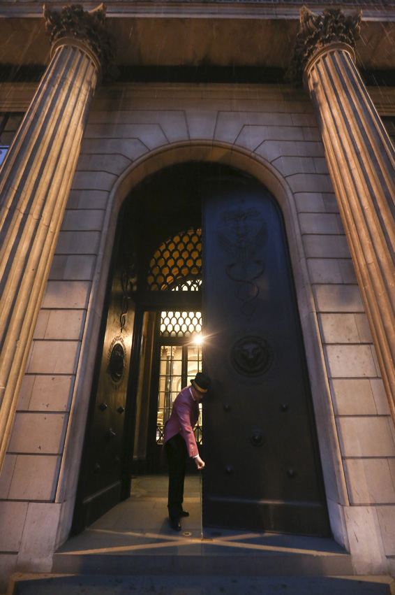 The Bank Of England As Central Bank Announces First Rate Decision Of 2015...Bloomberg Photo Service 'Best of the Week': A doorman wearing a top hat is seen opening the main entrance to the Bank of England in London, U.K., on Thursday, Jan. 8, 2015. The pound dropped to a 17-month low against the dollar amid speculation Bank of England policy makers will keep interest rates at a record low throughout 2015. Photographer: Chris Ratcliffe/Bloomberg