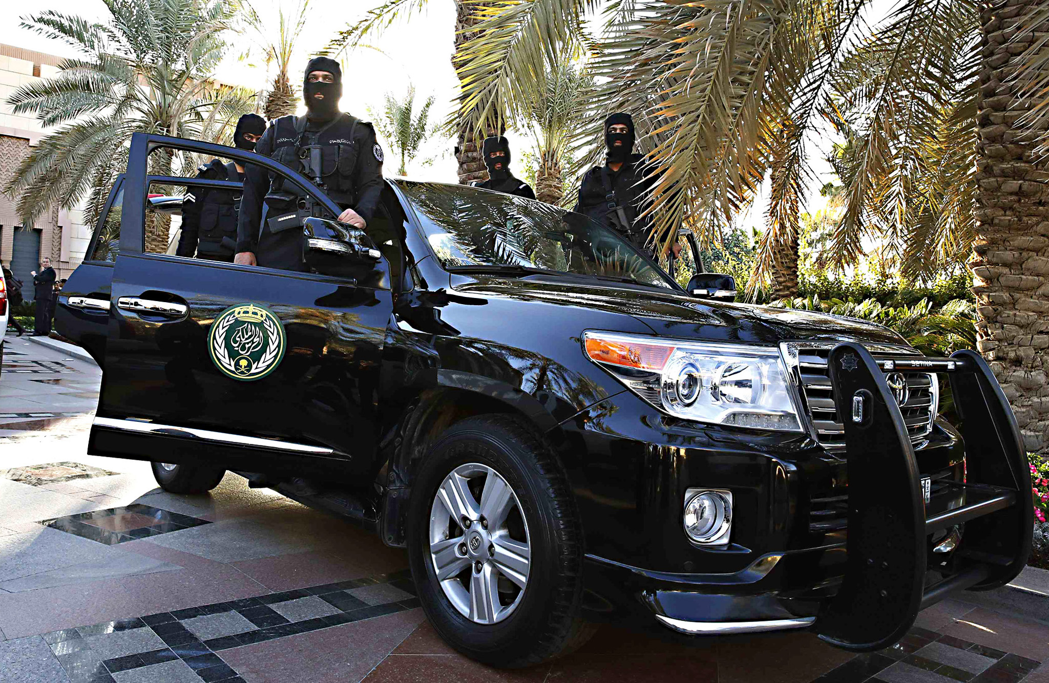 Saudi commandos guard the front of Erga Palace as U.S. President Barack Obama arrives to meet with Saudi Arabia's King Salman in Riyadh January 27, 2015. Obama sought to cement ties with Saudi Arabia as he came to pay his respects on Tuesday after the death of King Abdullah, a trip that underscores the importance of a U.S.-Saudi alliance that extends beyond oil interests to regional security. REUTERS/Jim Bourg
