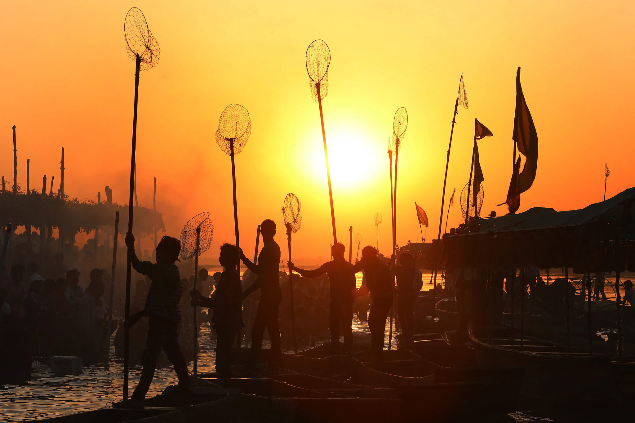 Indian fisherman prepare for the morning catch...epa04671103 Indian fishermen are silhuetted by the rising sun as they prepare for an early  morning catch at the banks of Narmada river in Nemawar district Dewas, 200 kilometers from Bhopal, Madhya Pradesh, India 20 March 2015.  EPA/SAJNEEV GUPTA