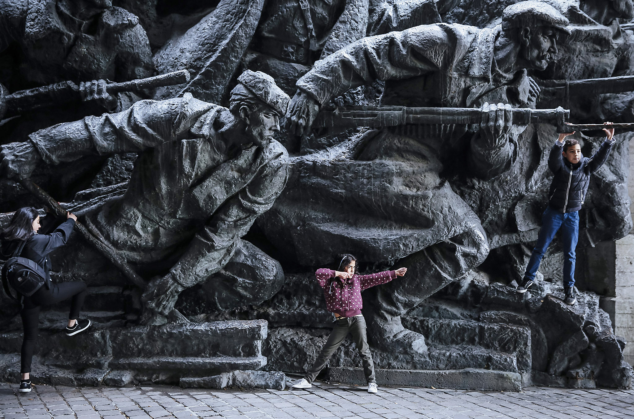 Ukrainians mark 71th anniversary of the liberation of Ukraine during WWII...epaselect epa05000276 Children play next to the bronze monument at the World War II museum complex in Kiev, Ukraine, 28 October 2015. Ukrainians mark 71th anniversary of the liberation of Ukraine from the Nazi occupation during WWII.  EPA/ROMAN PILIPEY