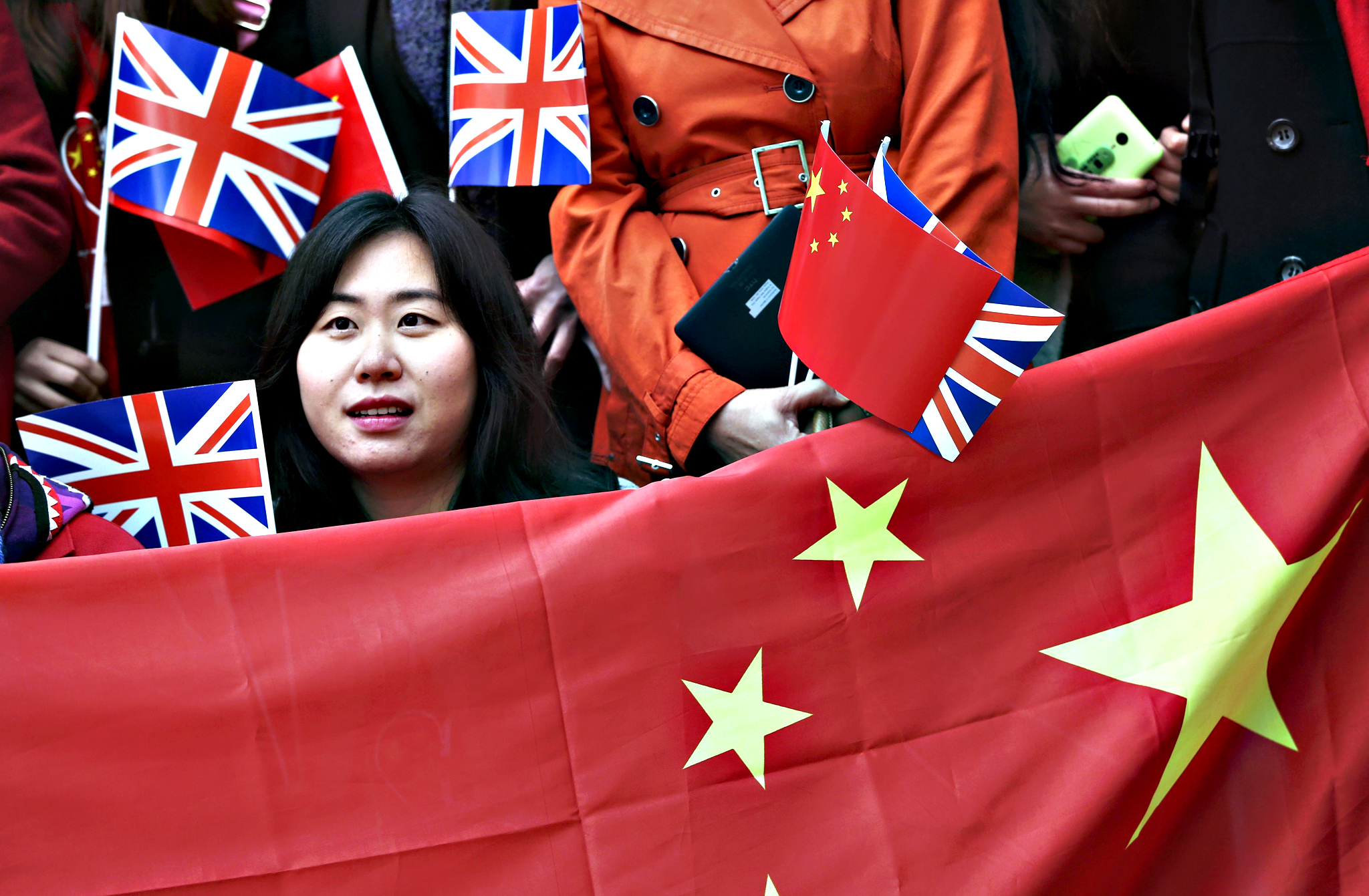Supporters of China's President Xi Jinping wait on the Mall for him to pass during his ceremonial welcome, in London, Britain, October 20, 2015. Xi is on a State visit to Britain