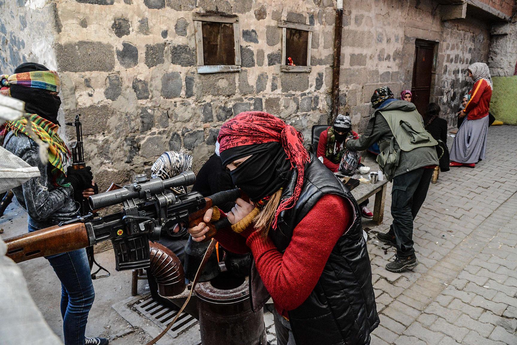 Armed Kurdish women millitants