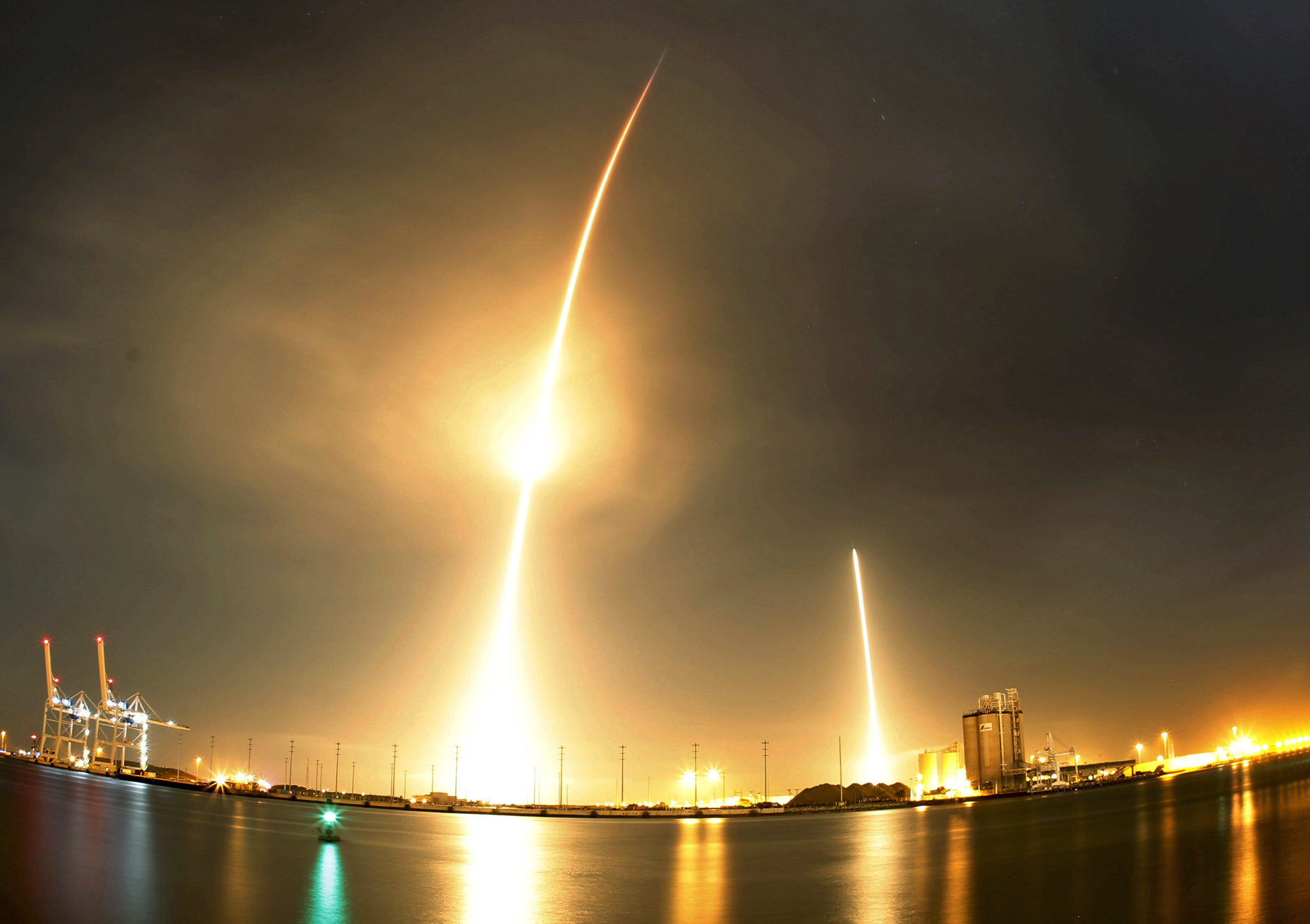 A long exposure photograph shows the SpaceX Falcon 9 lifting off (L) from its launch pad and then returning to a landing zone (R) at the Cape Canaveral Air Force Station, on the launcher's first mission since a June failure, in Cape Canaveral, Florida, December 21, 2015. The rocket carried a payload of eleven satellites owned by Orbcomm, a New Jersey-based communications company. This long exposure photograph was made by covering the lens in between liftoff and landing. REUTERS/Mike Brown   TPX IMAGES OF THE DAY