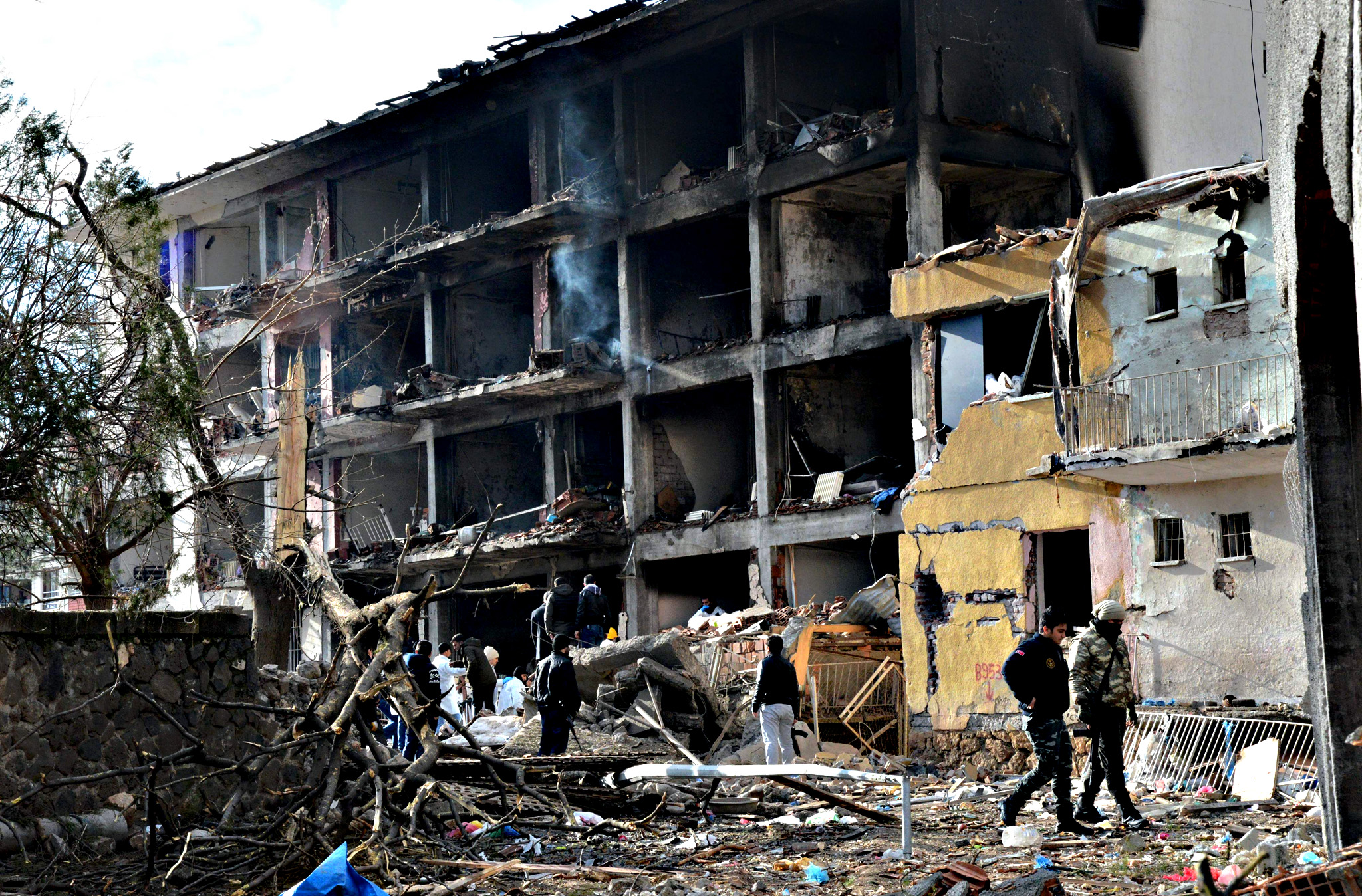 Turkish police search through the wreckage of a blast damaged building on January 14, 2016 in Diyarbakir. Six people died and 39 others were wounded in a car bomb attack blamed on Kurdish rebels that ripped through a police station and an adjacent housing complex for officers and their families in southeastern Turkey, security forces said on January 14, updating an earlier toll of five.