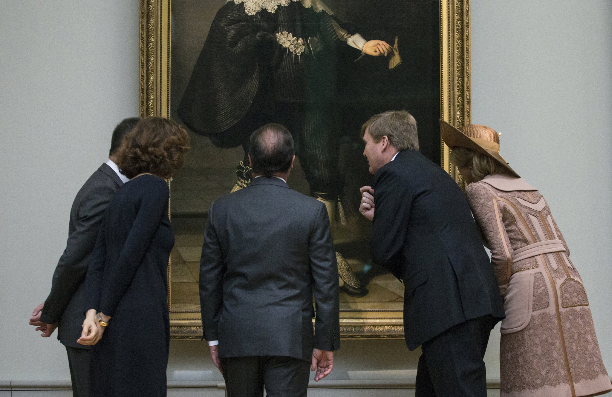 French President Francois Hollande, King Willem Alexander and Queen Maxima of the Netherlands look at a Rembrandt painting during a visit at the Louvre Museum in Paris...French President Francois Hollande (C), King Willem Alexander (2ndR) and Queen Maxima (R) of the Netherlands look at a Rembrandt painting, Portrait of Marten Soolmans, during a visit at the Louvre Museum in Paris, France, as part of their State visit to France March 10, 2016.  REUTERS/Etienne Laurent/Pool