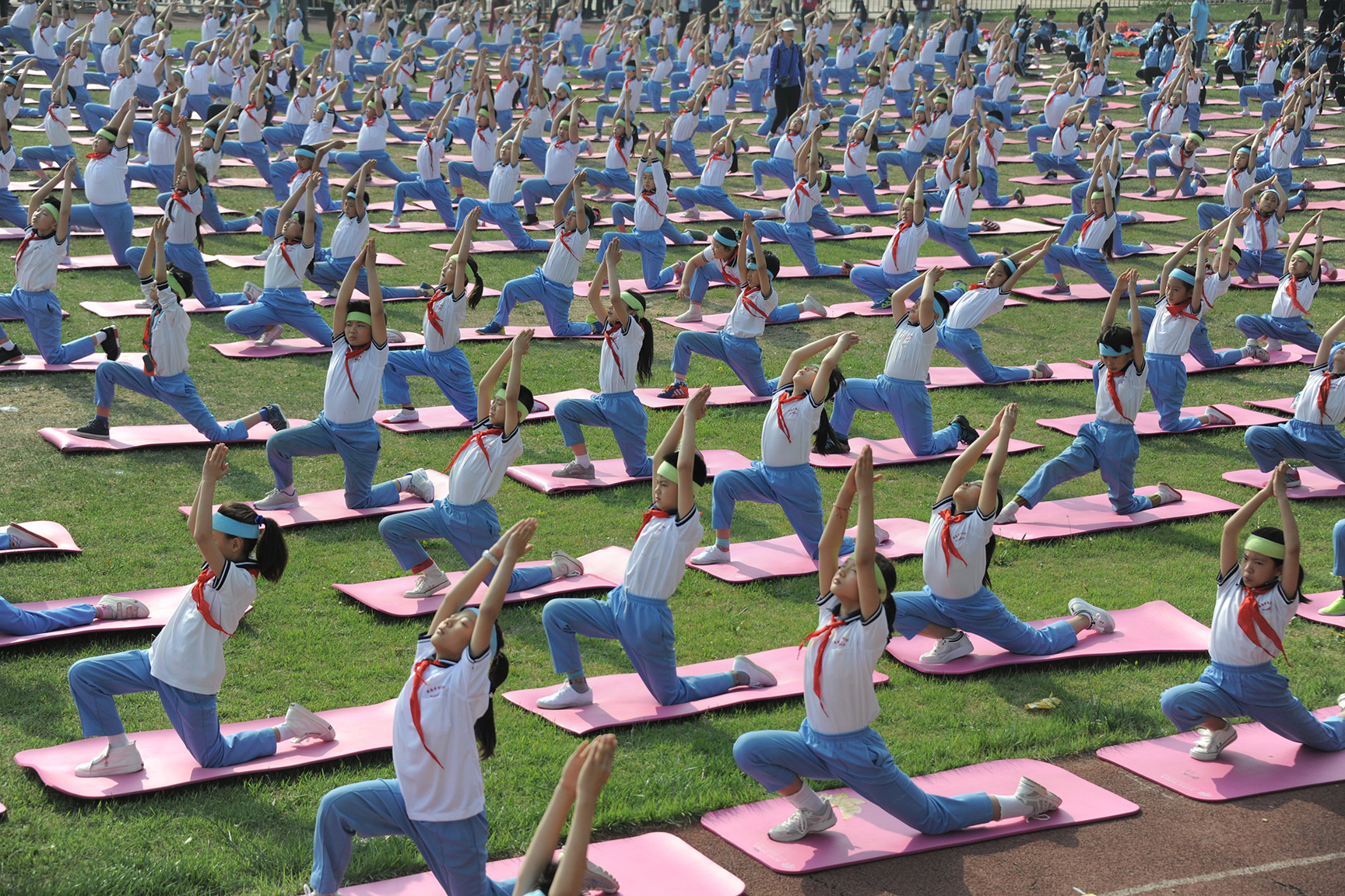 Students practice Yoga on campus in Jinan