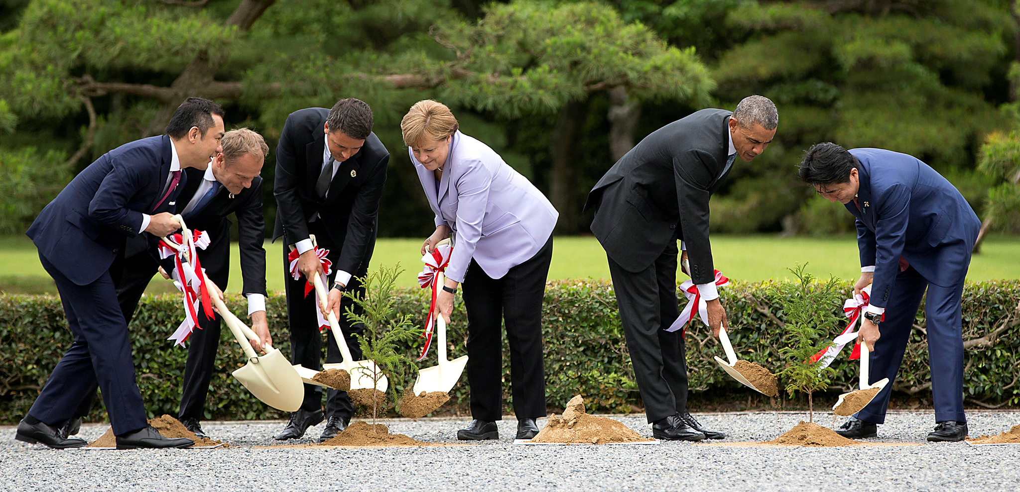 Eikei Suzuki (L-R), governor of the Mie Prefecture, European Council President Donald Tusk, Italian Prime Minister Matteo Renzi, German Chancellor Angela Merkel, U.S. President Barack Obama, and Japanese Prime Minister Shinzo Abe, participate in a tree planting ceremony as they visit the Ise Jingu shrine in Ise, Mie Prefecture, Japan May 26, 2016, as part of the G-7 Summit. REUTERS/Carolyn Kaster/Pool
