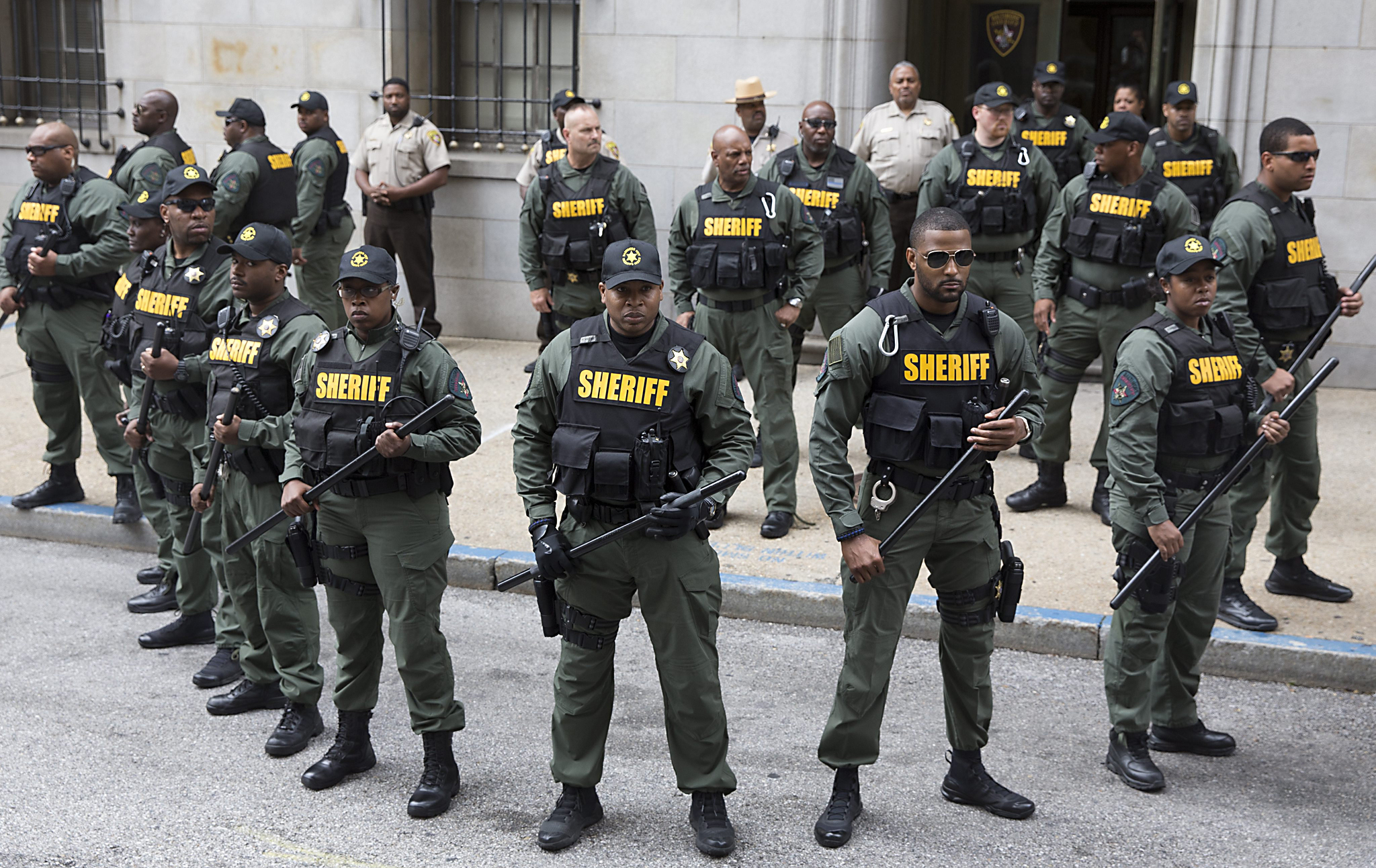 epa05386225 Police officers stand guard outside the courthouse before a verdict was issued in the trial of police officer Caesar Goodson, one of six Baltimore police officers charged over the death of Freddie Gray, in Baltimore, Maryland, USA, 23 June 2016. A judge issued a verdict of not-guilty in all accounts in the trial of Goodson.  EPA/MICHAEL REYNOLDS