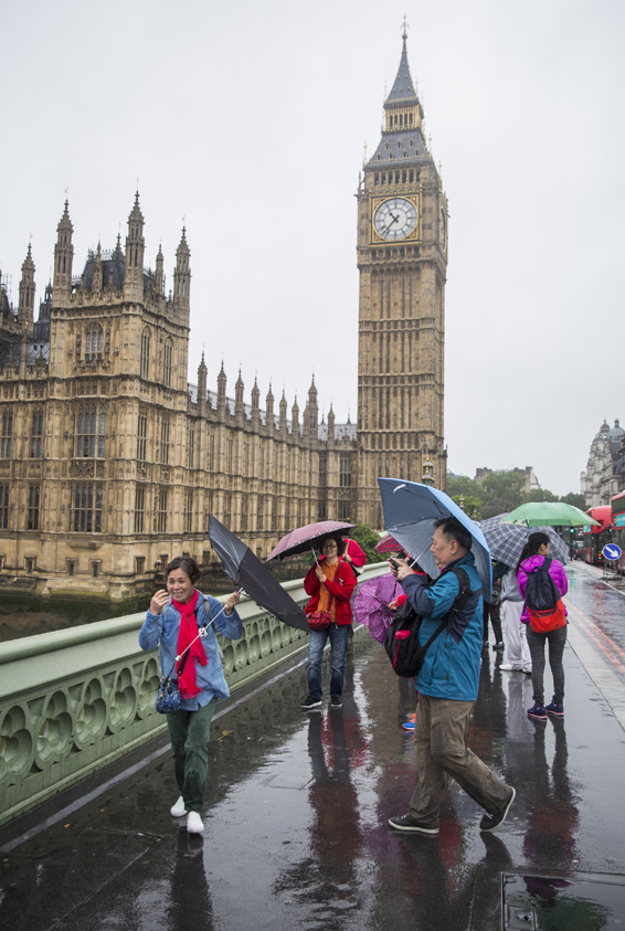 Rain Heralds The First Day Of British Summer...LONDON, ENGLAND - JUNE 20: Tourists carrying umbrellas take pictures on Westminster Bridge on June 20, 2016 in London, England. The first day of British Summer is marked by rainy weather in London today with more showers forecast for much of the week ahead. (Photo by Jack Taylor/Getty Images)