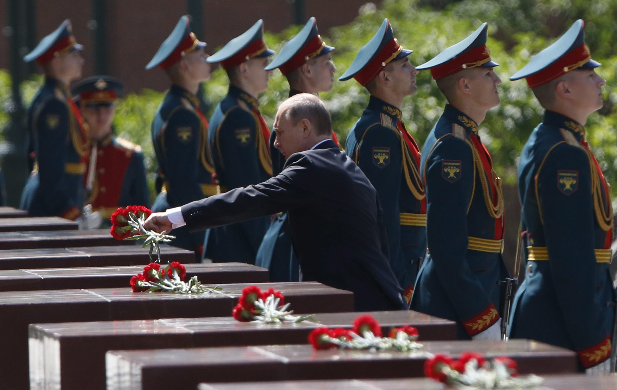 epa05383038 Russian President Vladimir Putin (C) lays flowers during a wreath-laying ceremony in the Alexander Garden near the Kremlin wall in Moscow, Russia, 22 June 2016, to mark the 75th anniversary of the Nazi German invasion into the then Soviet Union territory on 22 June 1941.  EPA/GRIGORY DUKOR / POOL