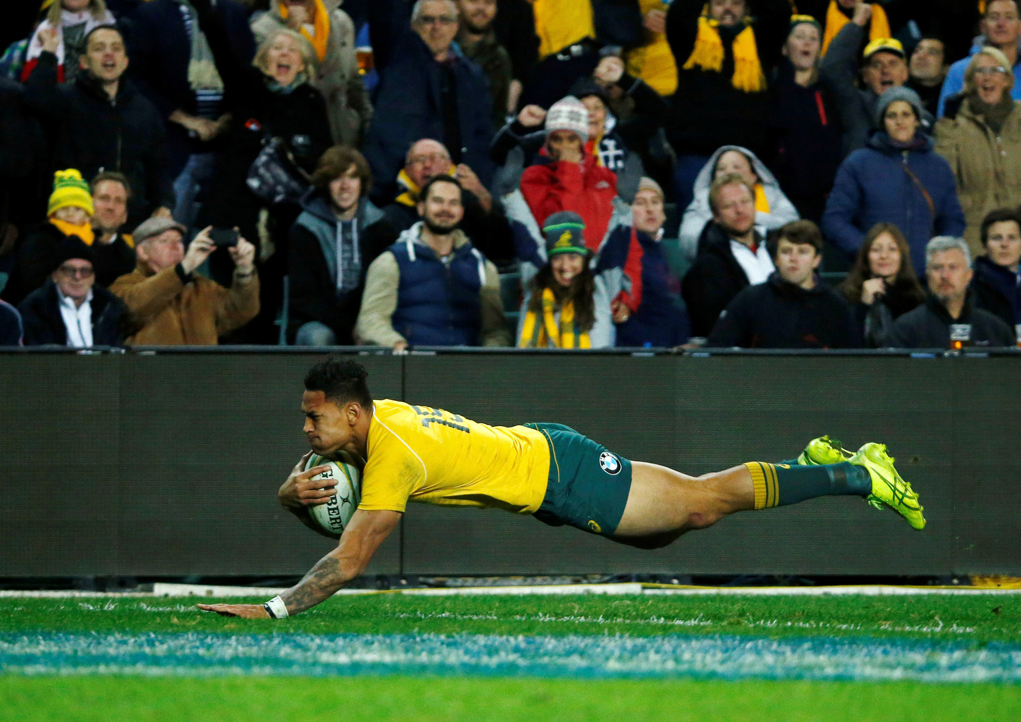 Rugby Union - Rugby Test - England v Australia's Wallabies  - Sydney, Australia - 25/06/16.  Australia's Israel Folau scores a try in the second half.     REUTERS/Jason Reed