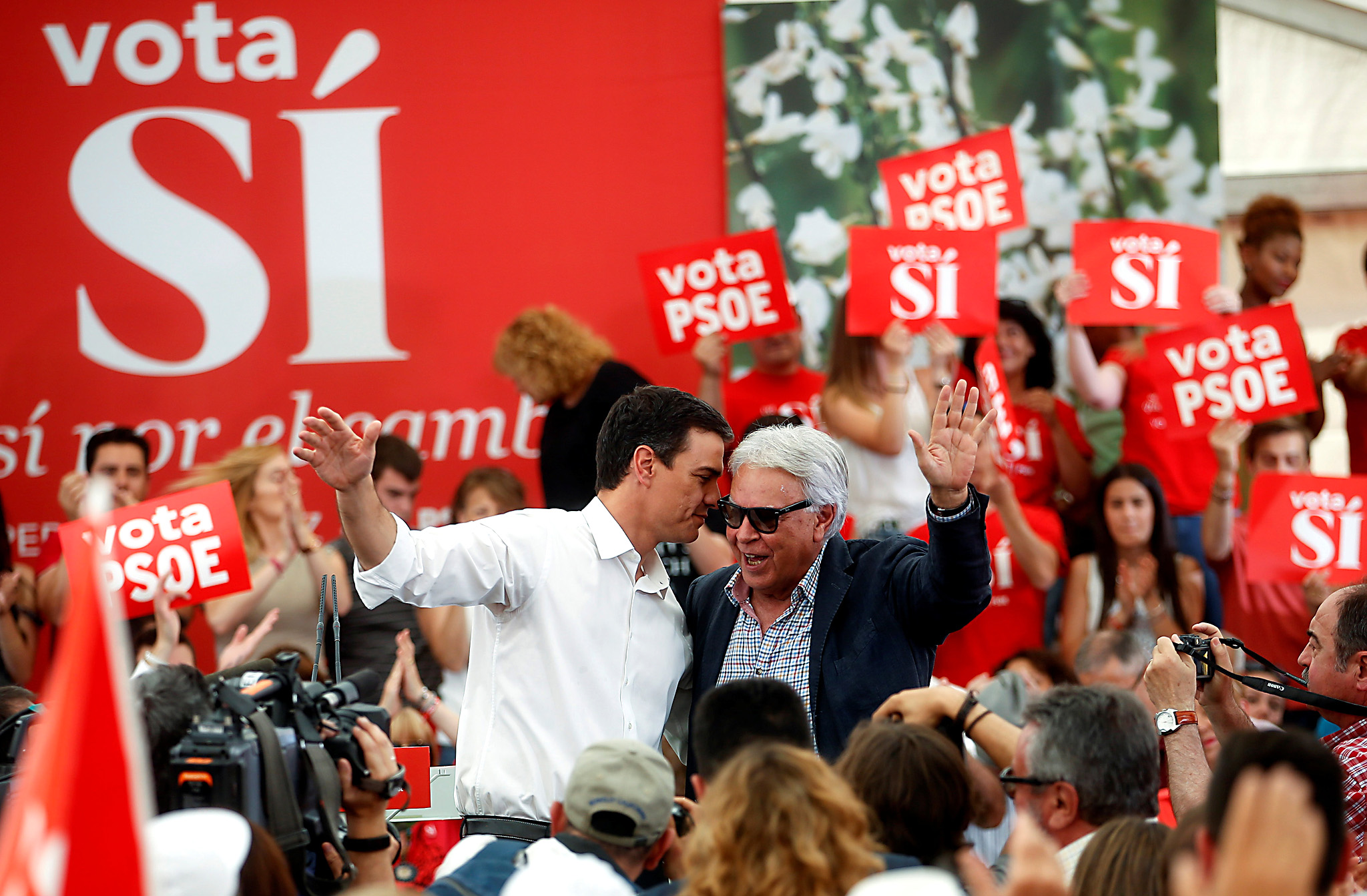 Spanish Socialist Workers' Party (PSOE) leader Pedro Sanchez (L) stands with former Prime Minister Felipe Gonzalez as they wave to supporters in Madrid, Spain June 24, 2016. REUTERS/Javier Barbancho