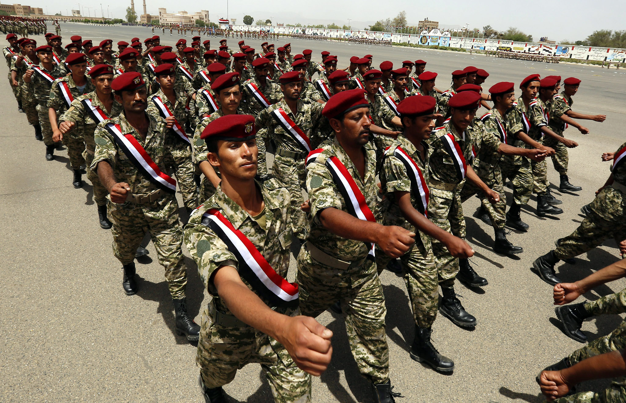 epa05340198 Yemeni army soldiers march during a military academy celebration in Sana'a, Yemen, 01 June 2016. According to reports, the current Yemeni peace talks in Kuwait continue as international and UN efforts are spent to reach an understanding to end the more than year of the conflict and reach a political settlement after Houthi militias and allied forces had ousted the legitimate government of Yemeni president Abdo Rabbo Mansour Hadi.  EPA/YAHYA ARHAB