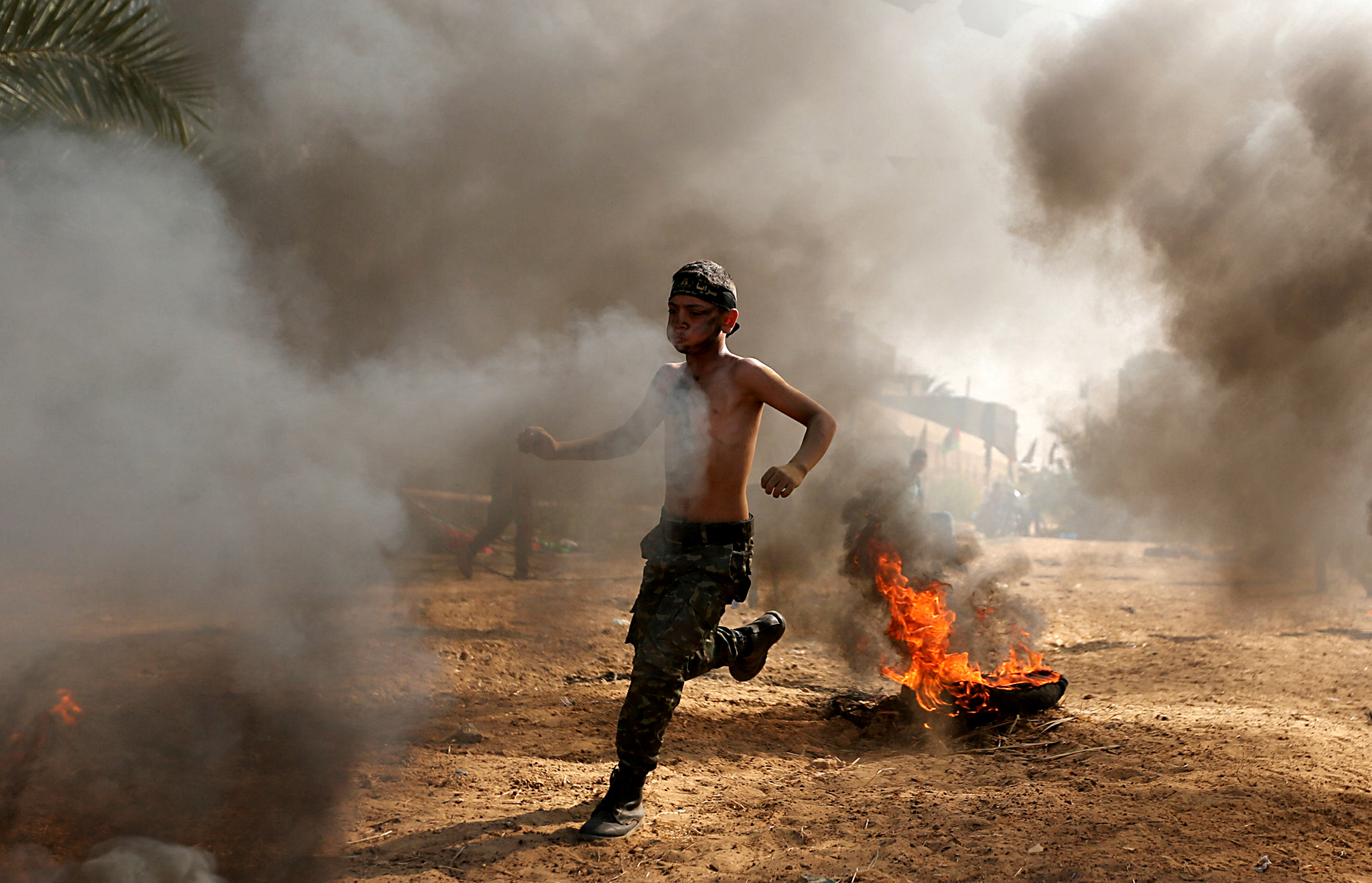 A young Palestinian takes part in a military-style exercise at a summer camp organised by the Islamic Jihad Movement in Khan Younis in the southern Gaza Strip July 13, 2016. REUTERS/Ibraheem Abu Mustafa