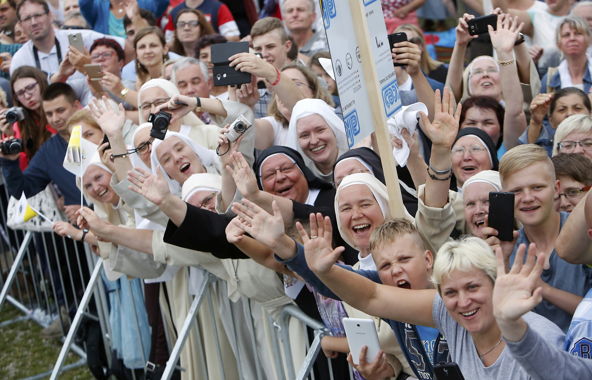 Faithfuls greet Pope Francis as he arrives at the Jasna Gora shrine in Czestochowa, Poland July 28, 2016. REUTERS/David W Cerny