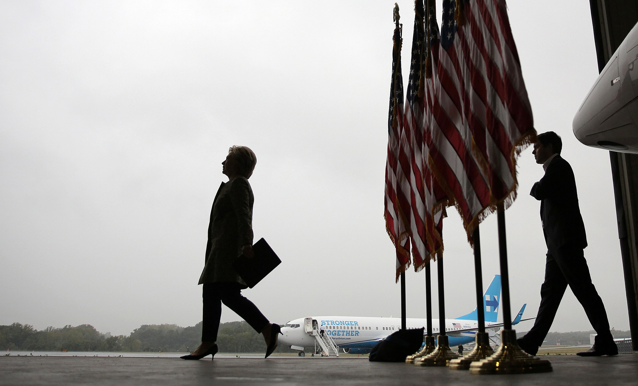 U.S. Democratic presidential candidate Hillary Clinton arrives to a press briefing before boarding her campaign plane at the Westchester County airport in White Plains, New York, U.S. September 19, 2016. REUTERS/Carlos Barria