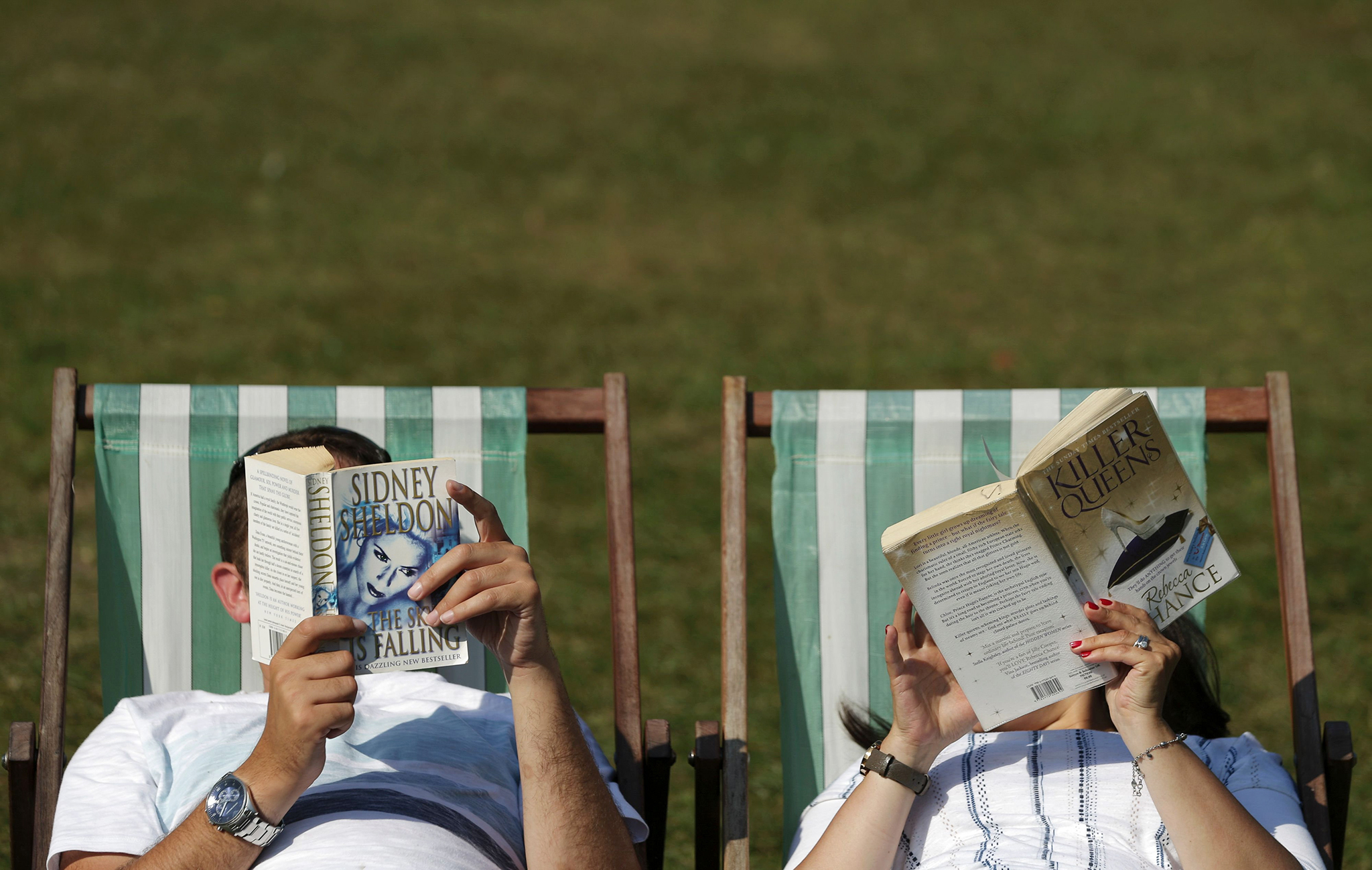 A couple read on deck chairs in Green Park in central London as temperatures soar on September 14, 2016.  Britain continued to enjoy sizzling heat on September 14, after temperatures soared to to 34.4 in Kent south east England on September 13, the hottest September day in over a century.  / AFP PHOTO / Daniel Leal-OlivasDANIEL LEAL-OLIVAS/AFP/Getty Images