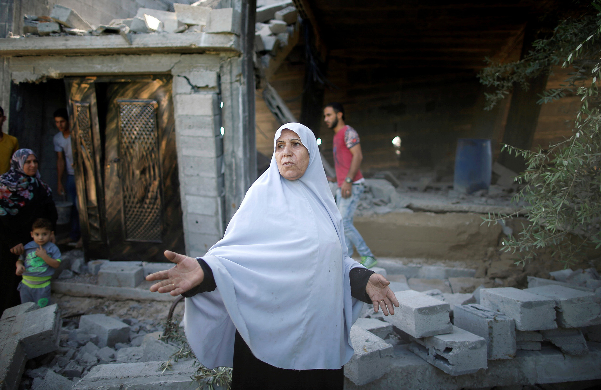 A Palestinian woman gestures as she inspects the scene of what witnesses said was an Israeli air strike carried out on Wednesday, east of Gaza City October 6, 2016. REUTERS/Mohammed Salem
