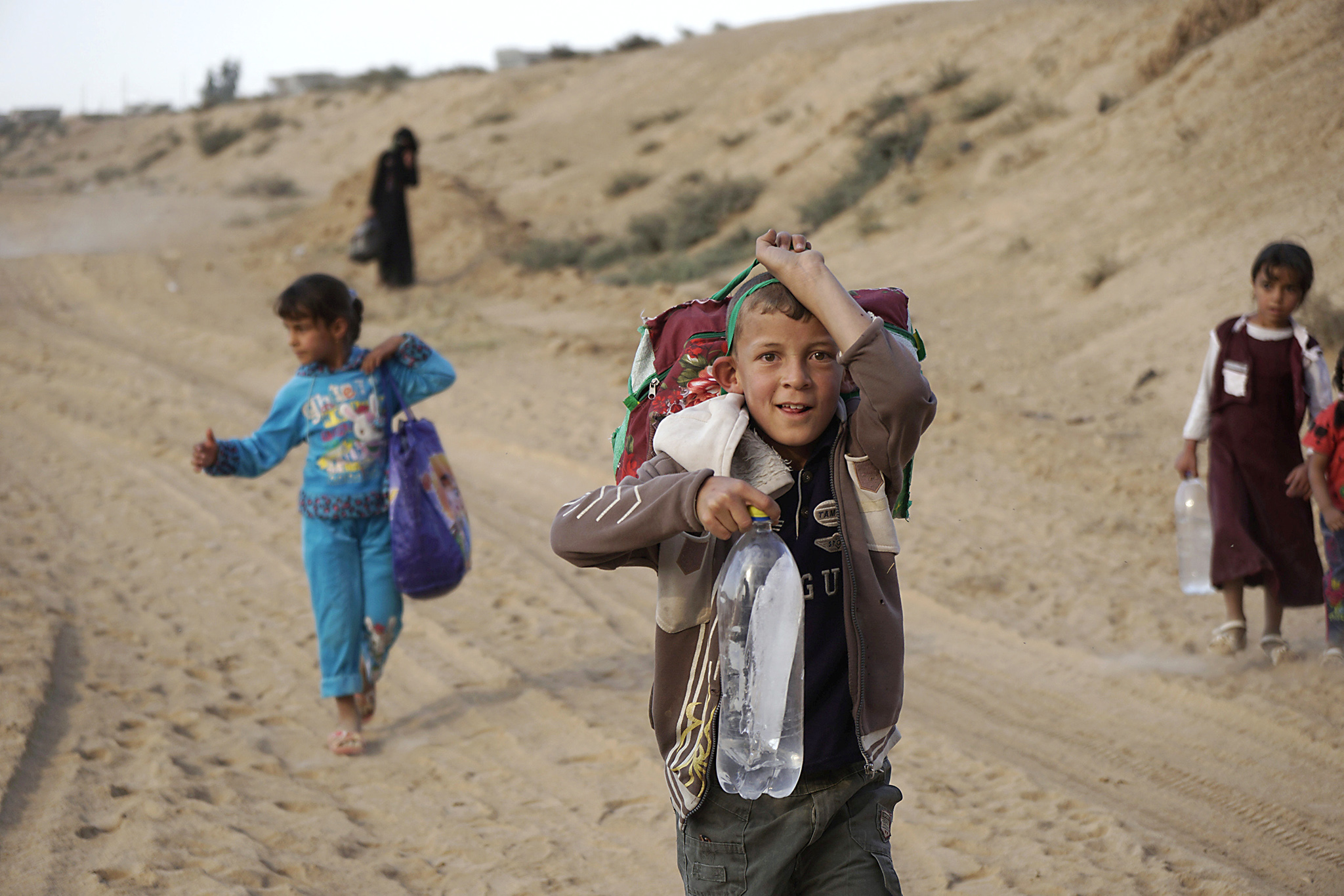 Displaced people, who are fleeing from clashes in Al-hud village, south of Mosul, head to Qayyarah, during an operation to attack Islamic State militants in Mosul, Iraq, October 18, 2016. Picture taken October 18, 2016.  REUTERS/Stringer  EDITORIAL USE ONLY. NO RESALES. NO ARCHIVE.
