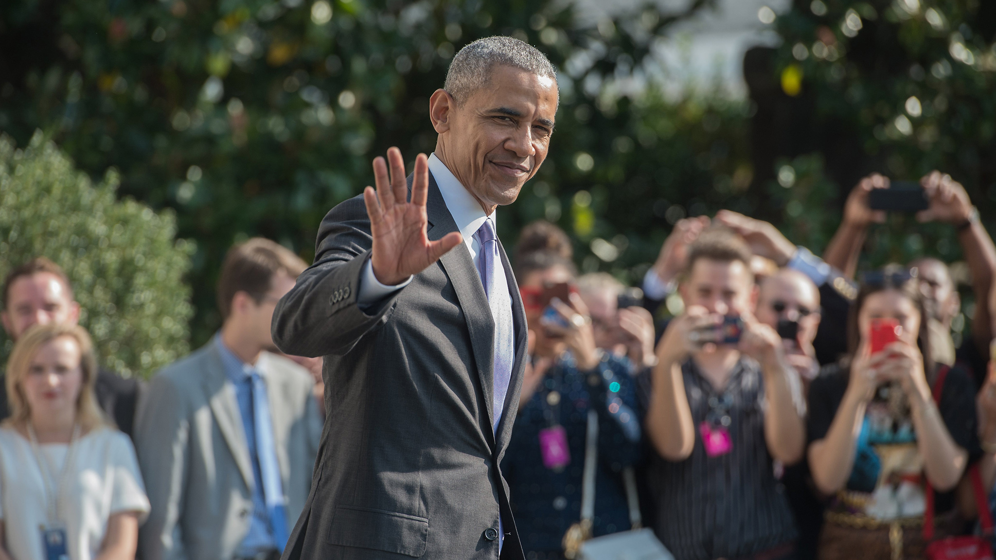 US President Barack Obama waves as he departs the White House in Washington, DC, on October 20, 2016 en route to Miami, Florida