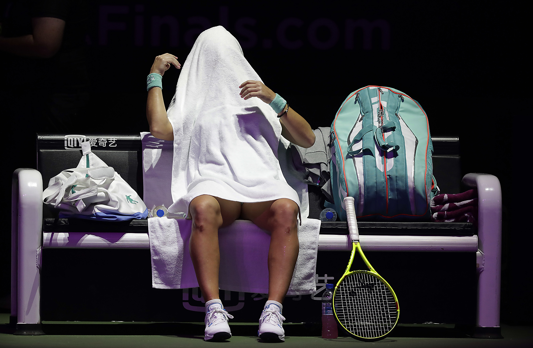 Svetlana Kuznetsova of Russia covers her head with her towel after the first set during her singles match against Garbine Muguruza of Spain at the WTA tennis tournament in Singapore, Friday, Oct. 28, 2016. (AP Photo/Wong Maye-E)