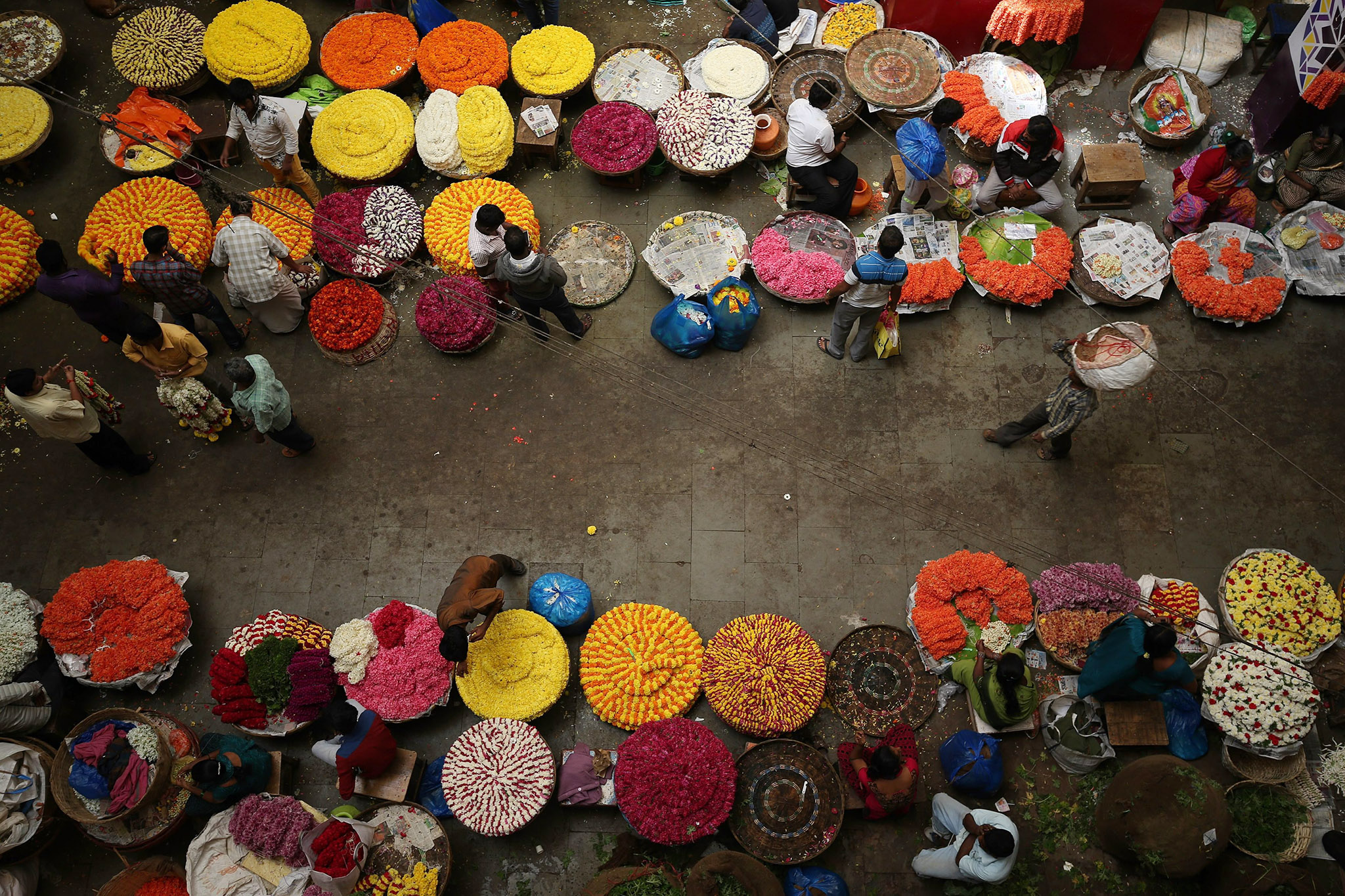 Areial view of the flowermarket at the city market in Bangalore, India  24  November 2016. Indian business is reportedly affected due to lack of Indian currency notes. Indian Prime Minister Narendra Modi announced the elimination of the 500 and 1,000 rupee bills at midnight on 08 November, for the purpose of fighting against 'black money' (hidden assets) and corruption in the country. The decision sparked protests, while storekeepers complained about dwindling sales because many citizens lack the cash to buy the most basic products, as queues get longer at ATMs and banks.  EPA/JAGADEESH NV