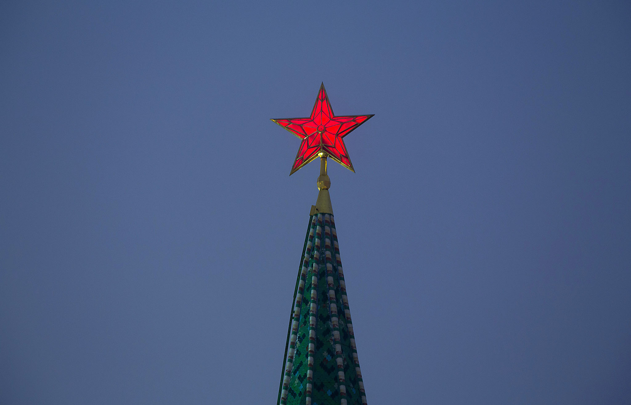 A red star sits illuminated above a fortified tower at the Kremlin palace complex in Moscow, Russia, on Thursday, Nov. 10, 2016. Russia is realistic about limits on the prospects for an immediate improvement in relations with the U.S. after President-elect Donald Trump takes office, according to President Vladimir Putin's spokesman. Photographer: Andrey Rudakov/Bloomberg