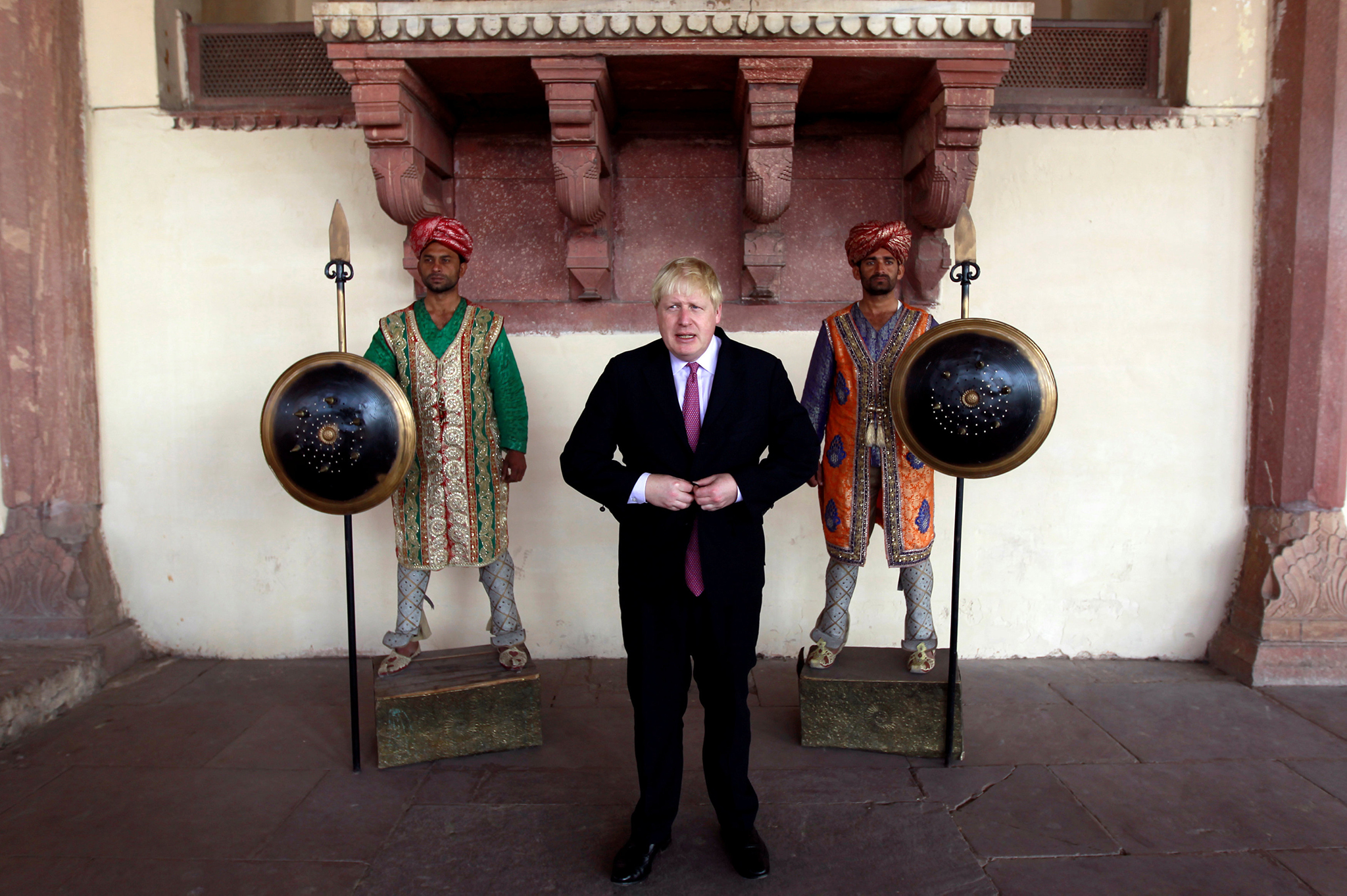 Britain's Foreign Secretary Boris Johnson poses with ceremonial guards at the Lahore Fort in Lahore, Pakistan November 25, 2016. REUTERS/Caren Firouz