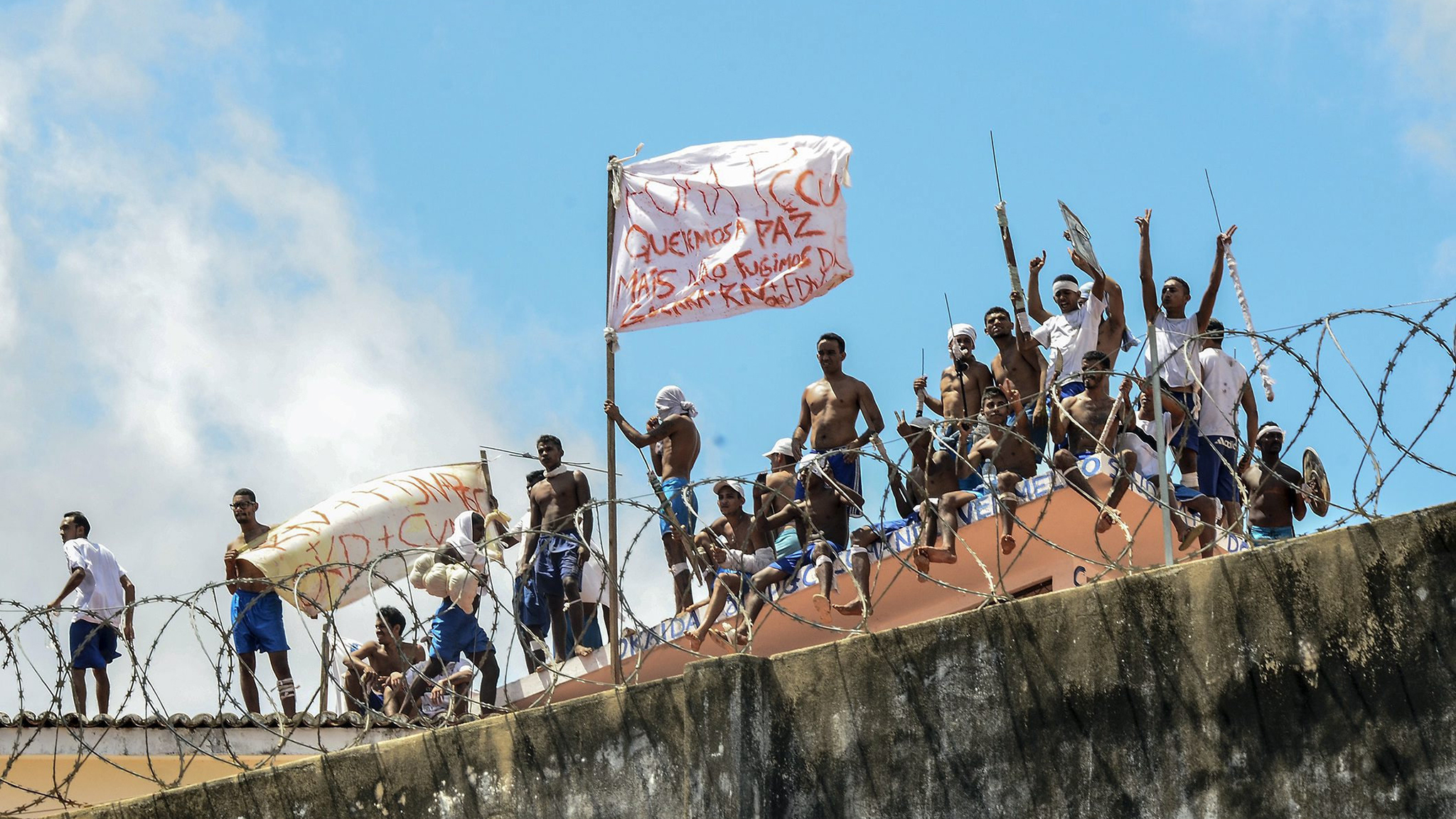A group of inmates stand on a roof inside the State Penitentiary of Alcacuz in Nisia Floresta near Natal, Rio Grande do Norte, Brazil, 16 January 2017. Police on 15 January said they had regained control over the prison where at least 30 inmates died in a riot that started on 14 January 2017.  EPA/Ney Douglas  HANDOUT EDITORIAL USE ONLY/NO SALES