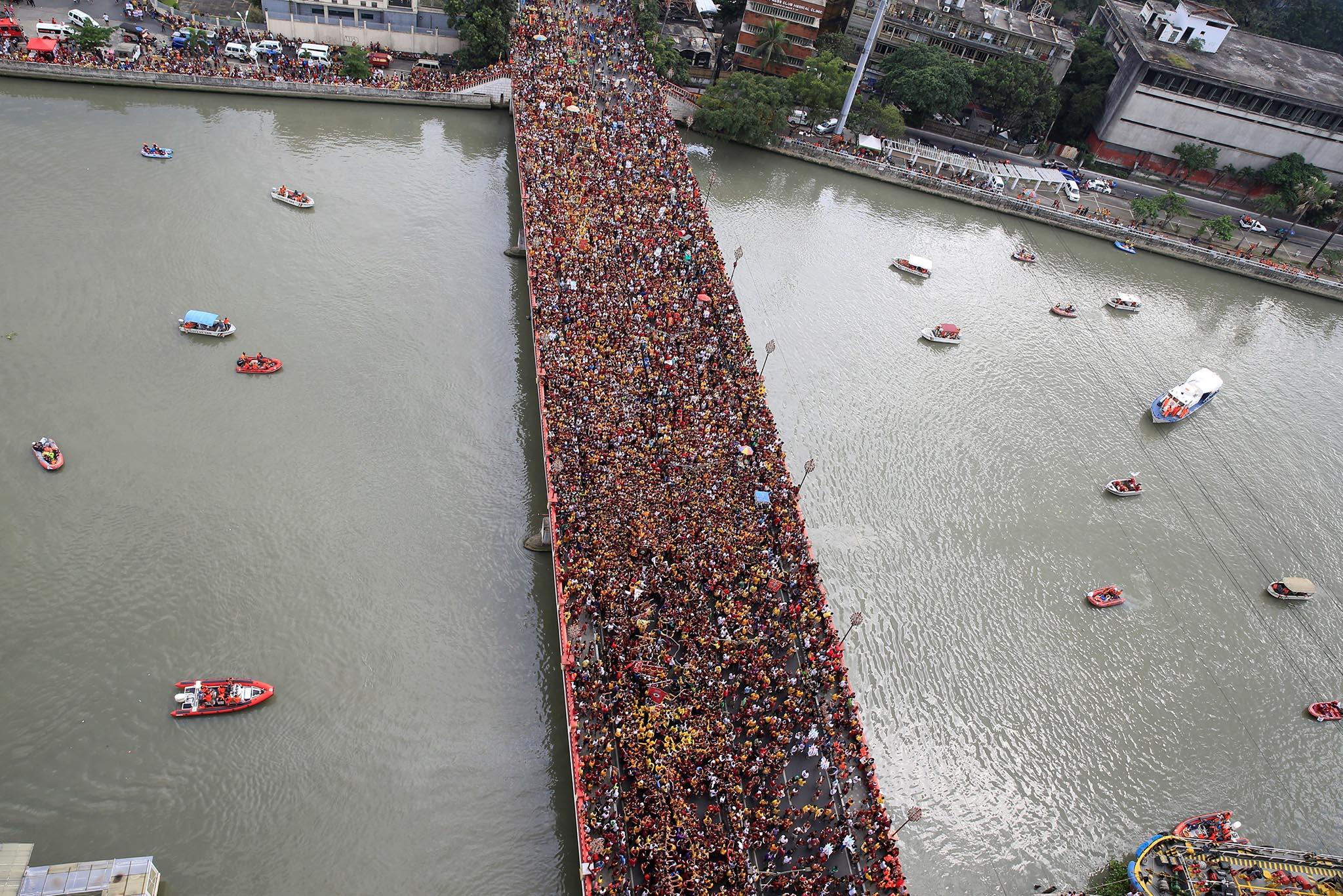 Devotees occupy Jones bridge as they take part in the annual procession of the Black Nazarene in metro Manila