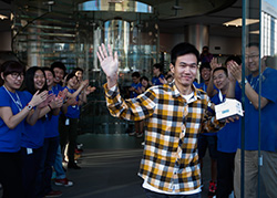 A Beijing customer buys two new iPhone 5s