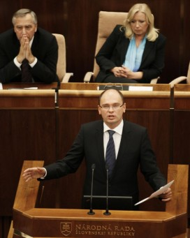 Slovakian PM Radicova listens to the leader of the Freedom and Solidarity Party Sulik. Credit: Petr Josek/Reuters
