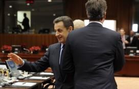 Nicolas Sarkozy avoids shaking David Cameron's hand